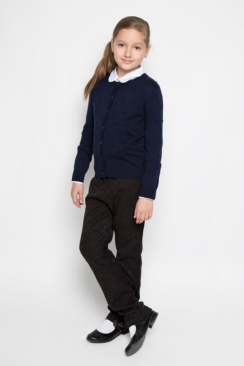 КардиганAW15GS122A-20/AW15GS122B-20Стильный кардиган для девочки Nota Bene идеально подойдет для школы и повседневной носки. Изготовленный из вискозы с добавлением шерсти и нейлона, он мягкий и приятный на ощупь, не сковывает движения и позволяет коже дышать, не раздражает даже самую нежную и чувствительную кожу ребенка, обеспечивая ему наибольший комфорт. Модель с длинными рукавами и круглым вырезом горловины застегивается спереди на пуговицы. Низ изделия, манжеты, горловина и планка с пуговицами связаны резинкой. Кардиган оформлен принтом в виде выпуклых горошин. Классический крой позволяет создавать деловые образы в сочетании с рубашками и водолазками. Такой кардиган - хорошая альтернатива пиджаку в прохладное время года. Являясь важным атрибутом школьной моды, он обеспечивает тепло и комфорт.