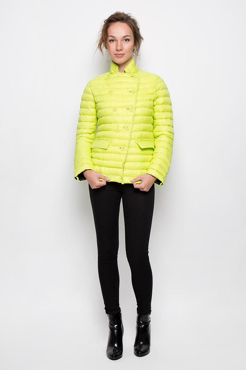 Куртка22DGB0014Женская стеганая куртка Rare отлично подойдет для прохладной погоды. Выполненная из полиамида с утеплителем их гсиного пера и пуха, она невероятно легкая, но в тоже время теплая. Модель приталенная, с высоким воротником-стойкой застегивается на пуговицы. Куртка оформлена двумя карманами с клапанами. Эта модная яркая куртка послужит отличным дополнением к вашему гардеробу!