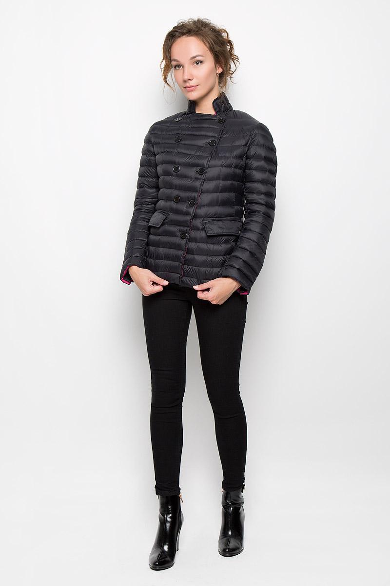 22DGB0014Женская стеганая куртка Rare отлично подойдет для прохладной погоды. Выполненная из полиамида с утеплителем их гсиного пера и пуха, она невероятно легкая, но в тоже время теплая. Модель приталенная, с высоким воротником-стойкой застегивается на пуговицы. Куртка оформлена двумя карманами с клапанами. Эта модная яркая куртка послужит отличным дополнением к вашему гардеробу!