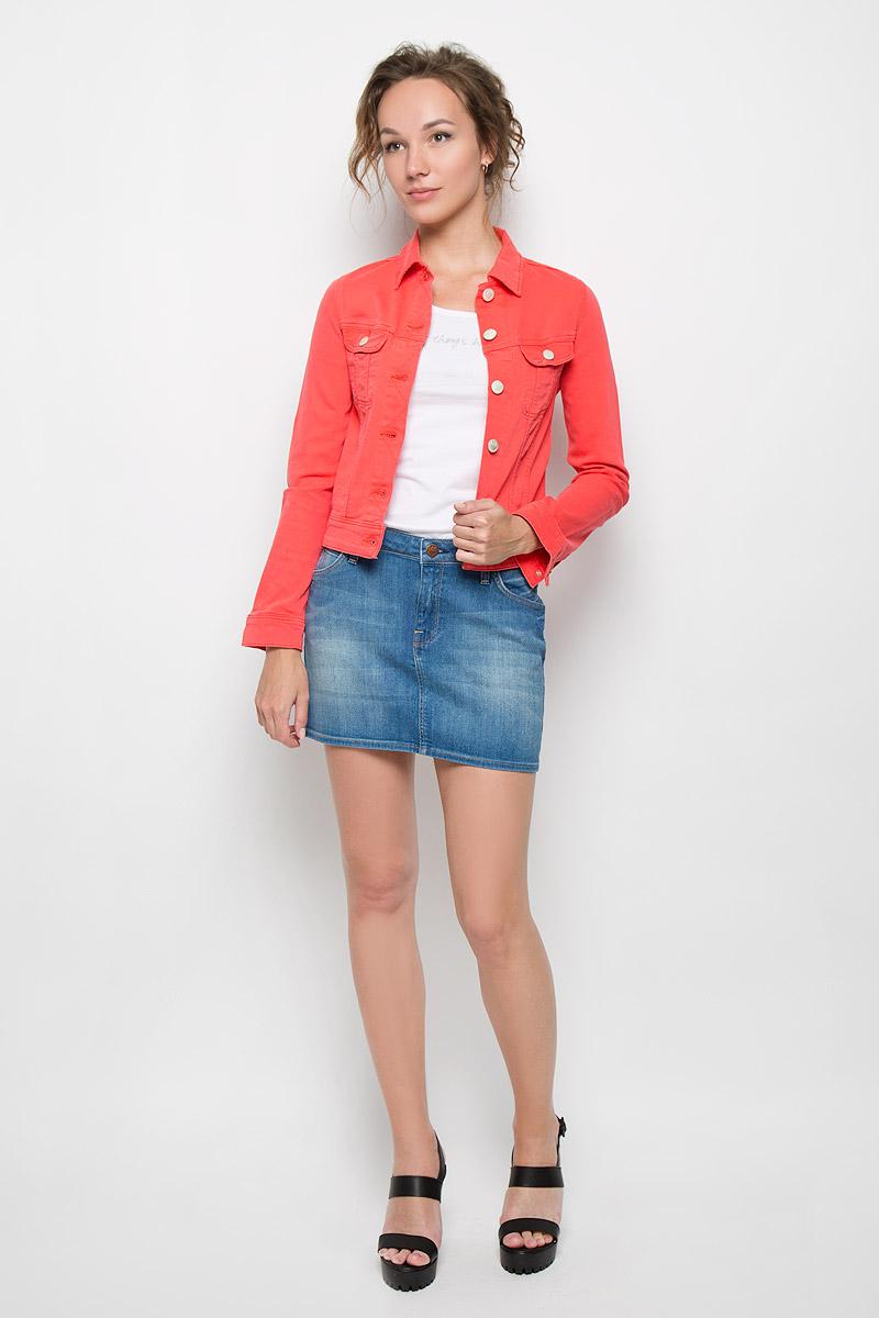 Куртка женская Slim Rider. L541FR75L541FR75Стильная джинсовая куртка Lee Slim Rider - отличный вариант для прохладной погоды. Модель с отложным воротником и длинными рукавами застегивается на металлические пуговицы с логотипом бренда. На груди изделие дополнено двумя втачными кармашками с клапанами на пуговицах. Рукава понизу оформлены широкими манжетами, также застегивающимися на пуговицы. Эта куртка - практичная вещь, которая, несомненно, впишется в ваш гардероб, в ней вы будете чувствовать себя уютно и комфортно.