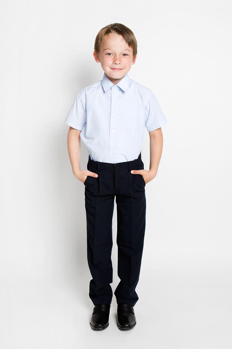Рубашка для мальчика. SSB-52551-17-ASSB-52551-17-AСтильная рубашка для мальчика Silver Spoon идеально подойдет для школы. Изготовленная из натурального хлопка с полиэстером, она необычайно мягкая, легкая и приятная на ощупь, не сковывает движения и позволяет коже дышать, не раздражает даже самую нежную и чувствительную кожу ребенка, обеспечивая ему наибольший комфорт. Рубашка с короткими рукавами и отложным воротничком застегивается на пуговицы. На груди предусмотрен накладной кармашек. Низ модели по бокам закруглен. Изделие оформлено принтом в тонкую полоску. Такая рубашка - незаменимая вещь для школьной формы, отлично сочетается с брюками, жилетами и пиджаками.
