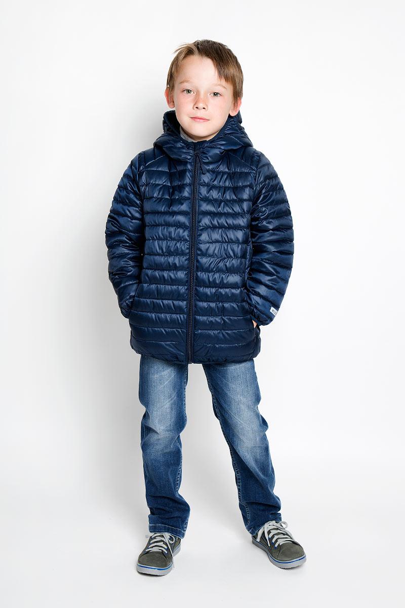 Куртка для мальчика. 36300363002Стильная куртка для мальчика Scool идеально подойдет для вашего маленького мужчины. Изготовленная из 100% полиэстера, она необычайно мягкая и приятная на ощупь, не сковывает движения ребенка и обеспечивает ему наибольший комфорт. Подкладка и наполнитель также выполнены из полиэстера. Куртка с длинными рукавами и капюшоном застегивается на застежку-молнию с защитой для подбородка. В боковых швах расположены втачные карманы ан потайной застежке-молнии. Капюшон, низ рукавов и низ изделия дополнены эластичной бейкой. Модель оформлена оригинальной прострочкой. Современный дизайн и расцветка делают эту куртку модным и стильным предметом детского гардероба. В ней ваш малыш будет чувствовать себя уютно и комфортно, и всегда будет в центре внимания!
