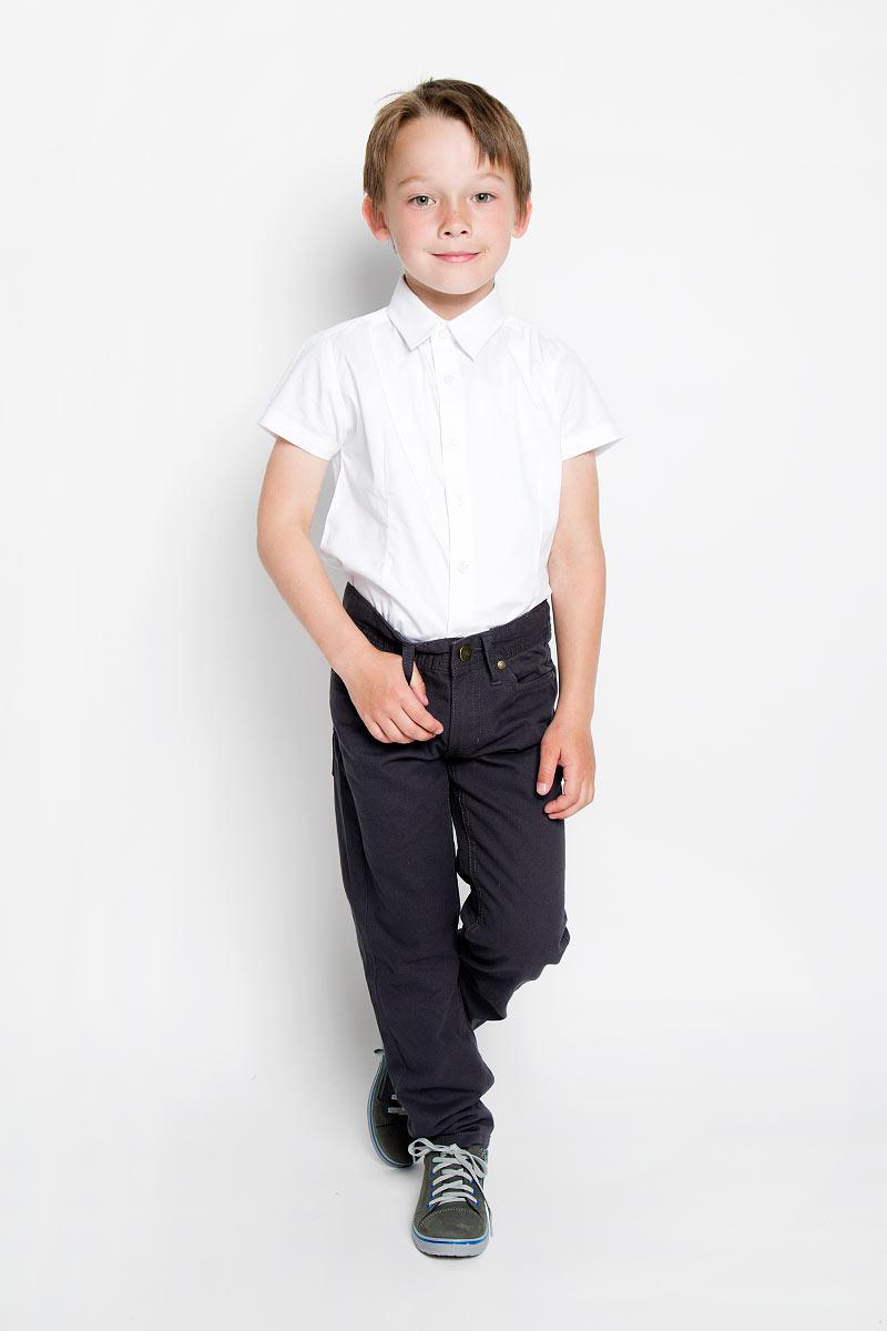 Рубашка363036Стильная рубашка для мальчика Scool идеально подойдет вашему ребенку. Изготовленная из хлопка с добавлением полиэстера и эластана, она мягкая и приятная на ощупь, не сковывает движения и позволяет коже дышать, не раздражает даже самую нежную и чувствительную кожу ребенка, обеспечивая ему наибольший комфорт. Рубашка классического кроя с короткими рукавами и отложным воротничком застегивается на пуговицы. Низ изделия по бокам закруглен. Современный дизайн и модная расцветка делают эту рубашку стильным предметом детского гардероба. Ее можно носить как с джинсами, так и с классическими брюками.