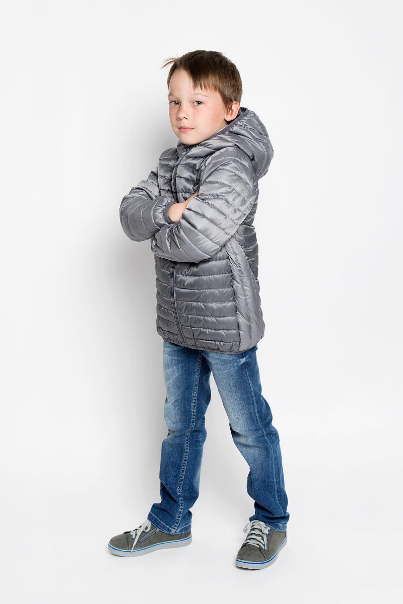 Куртка363002Стильная куртка для мальчика Scool идеально подойдет для вашего маленького мужчины. Изготовленная из 100% полиэстера, она необычайно мягкая и приятная на ощупь, не сковывает движения ребенка и обеспечивает ему наибольший комфорт. Подкладка и наполнитель также выполнены из полиэстера. Куртка с длинными рукавами и капюшоном застегивается на застежку-молнию с защитой для подбородка. В боковых швах расположены втачные карманы ан потайной застежке-молнии. Капюшон, низ рукавов и низ изделия дополнены эластичной бейкой. Модель оформлена оригинальной прострочкой. Современный дизайн и расцветка делают эту куртку модным и стильным предметом детского гардероба. В ней ваш малыш будет чувствовать себя уютно и комфортно, и всегда будет в центре внимания!
