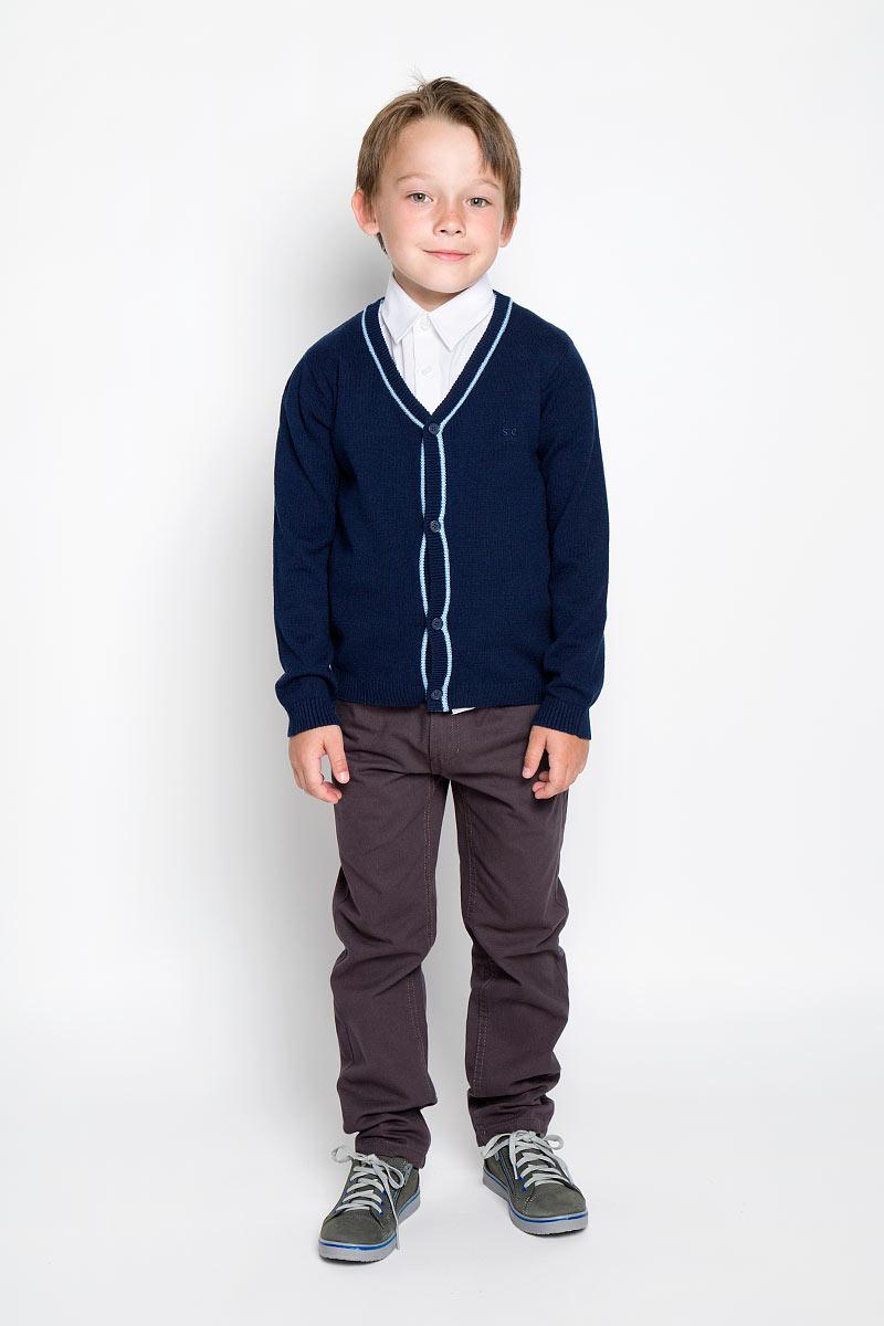 Кардиган для мальчика. 36300363006Стильный трикотажный кардиган для мальчика Scool идеально подойдет для школы и повседневной носки. Изготовленный из хлопка с добавлением акрила, он необычайно мягкий и приятный на ощупь, не сковывает движения ребенка и позволяет коже дышать. Классический кардиган с длинными рукавами и V-образным вырезом горловины застегивается на пуговицы. Низ модели, вырез горловины, планка и манжеты связаны резинкой. Оригинальный современный дизайн и модная расцветка делают этот кардиган модным и стильным предметом детского гардероба. Трикотажный кардиган прямого кроя - хорошая альтернатива школьному пиджаку. Являясь важным атрибутом школьной моды, он обеспечивает тепло и комфорт.