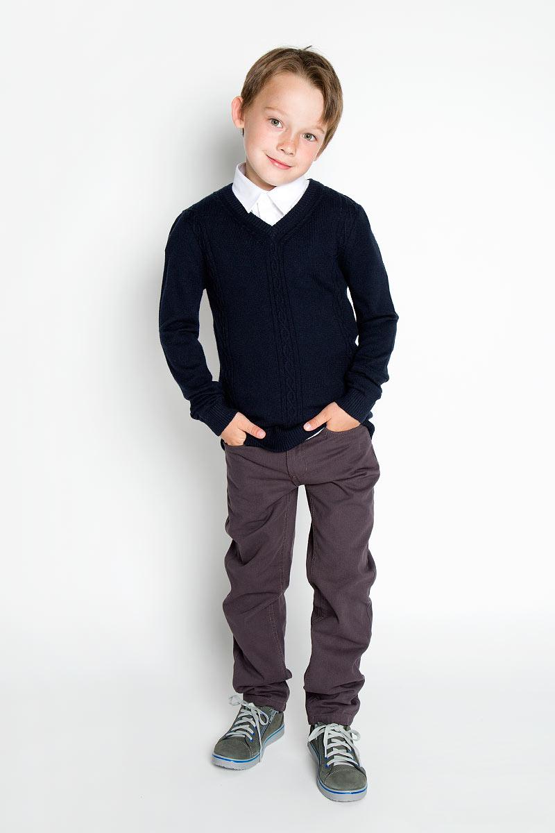 Джемпер для мальчика. SSB-51356-39SSB-51356-39Уютный вязаный джемпер для мальчика Silver Spoon идеально подойдет для школы. Пряжа, выполненная из высококачественного материала, делает его очень мягким, приятным, комфортным в носке, он не сковывает движения и позволяет коже дышать, не раздражает даже самую нежную и чувствительную кожу ребенка, обеспечивая ему наибольший комфорт. Джемпер с длинными рукавами имеет V-образный вырез горловины. Ворот, манжеты и низ модели связаны резинкой. Спереди модель оформлена вязкой резинка. Такой джемпер - незаменимая вещь для школьной формы, отлично сочетается с брюками.
