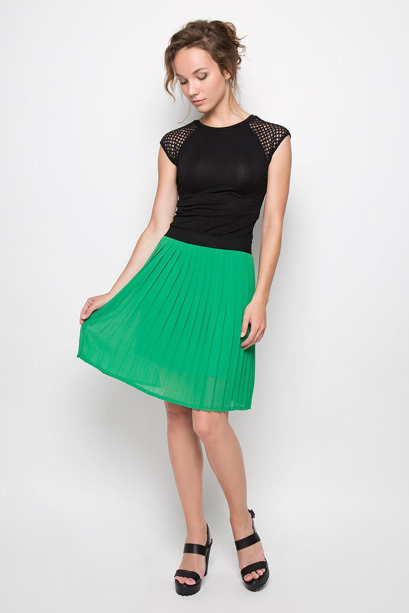 Юбка. 535550535550Стильная юбка-плиссе People выполнена из легкого струящегося и приятного на ощупь полиэстера. Юбка на талии имеет широкую эластичную резинку. Для большего комфорта предусмотрен подъюбник. Стильная юбка выгодно освежит и разнообразит любой гардероб. Создайте женственный образ и подчеркните свою яркую индивидуальность!
