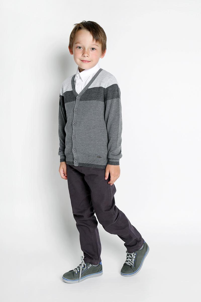 KA15-81133JКофта для мальчика Finn Flare идеально подойдет вашему маленькому моднику. Изготовленная из хлопка с добавлением акрила, она необычайно мягкая и приятная на ощупь, не сковывает движения и позволяет коже дышать, не раздражает даже самую нежную и чувствительную кожу ребенка, обеспечивая ему наибольший комфорт. Кофта с длинными рукавами и V-образным вырезом горловины спереди застегивается на пластиковые пуговички по всей длине. Оформлено изделие цветными вязаными полосками. Рукава имеют широкие трикотажные манжеты. Понизу проходит широкая трикотажная резинка. Модель украшена небольшой металлической пластинкой с названием бренда. Современный дизайн и расцветка делают эту кофту модным и стильным предметом детского гардероба. В ней ваш ребенок будет чувствовать себя уютно и комфортно, и всегда будет в центре внимания!