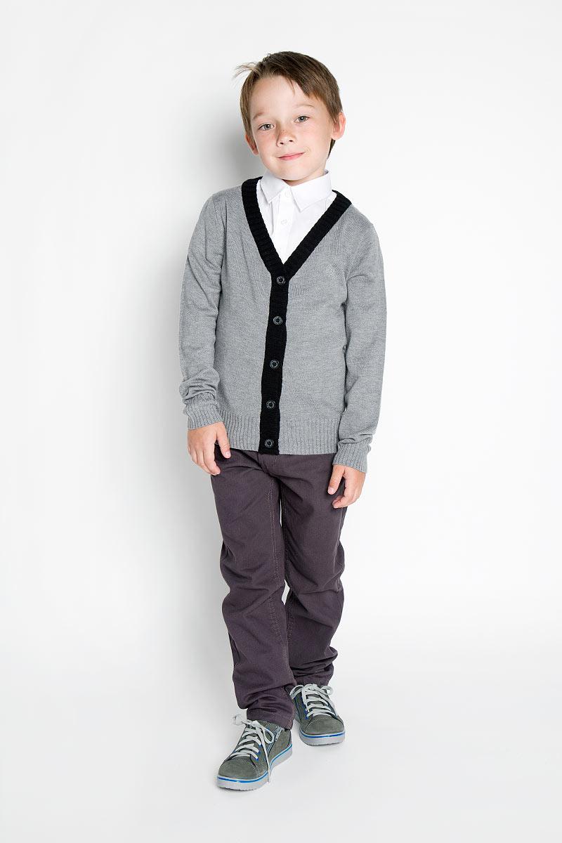 Кардиган для мальчика. 215BBBS36215BBBS3601Элегантный вязаный кардиган для мальчика Button Blue идеально подойдет для школы и повседневной носки. Изготовленный из акрила с добавлением нейлона и шерсти, он необычайно мягкий и приятный на ощупь, не сковывает движения малыша и позволяет коже дышать. Классический кардиган с длинными рукавами и V-образным вырезом горловины застегивается на пуговицы. Низ модели, вырез горловины, планка и края рукавов связаны широкой резинкой. Оригинальный современный дизайн и модная расцветка делают этот кардиган модным и стильным предметом детского гардероба. Вязаный кардиган - хорошая альтернатива пиджаку в прохладное время года. Являясь важным атрибутом школьной моды, он обеспечивает тепло и комфорт.