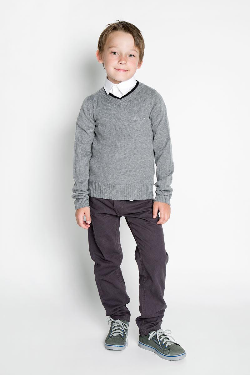 215BBBS3401Вязаный пуловер для мальчика Button Blue идеально подойдет для школы и повседневной носки. Изготовленный из акриловой пряжи с добавлением шерсти и нейлона, он мягкий и приятный на ощупь, не сковывает движения и позволяет коже дышать, не раздражает даже самую нежную и чувствительную кожу ребенка, обеспечивая ему наибольший комфорт. Классическая модель с длинными рукавами и V-образным вырезом горловины прекрасно сочетается с рубашками. Низ изделия, манжеты и горловина связаны крупной резинкой. На груди модель украшена небольшой вышивкой в виде названия бренда. Вязаный пуловер - хорошая альтернатива пиджаку в прохладное время года. Являясь важным атрибутом школьной моды, он обеспечивает тепло и комфорт.