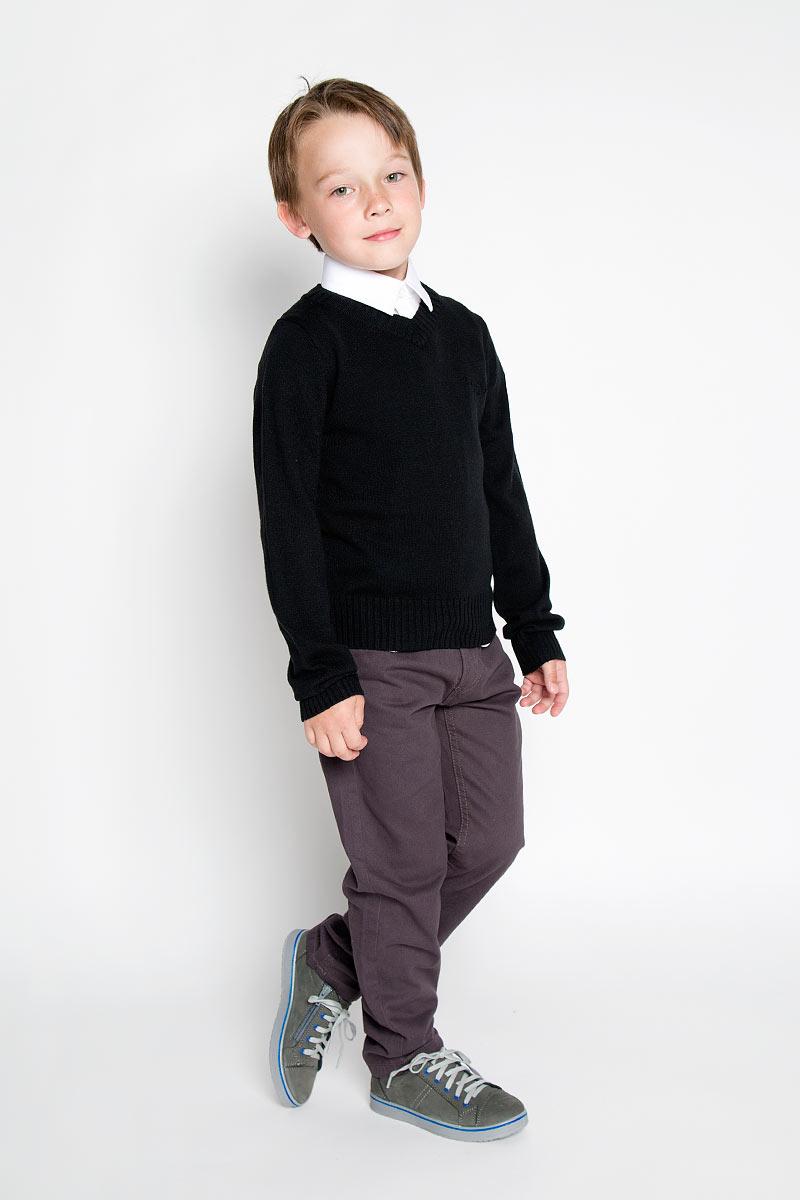 Пуловер для мальчика. 215BBBS34215BBBS3401Вязаный пуловер для мальчика Button Blue идеально подойдет для школы и повседневной носки. Изготовленный из акриловой пряжи с добавлением шерсти и нейлона, он мягкий и приятный на ощупь, не сковывает движения и позволяет коже дышать, не раздражает даже самую нежную и чувствительную кожу ребенка, обеспечивая ему наибольший комфорт. Классическая модель с длинными рукавами и V-образным вырезом горловины прекрасно сочетается с рубашками. Низ изделия, манжеты и горловина связаны крупной резинкой. На груди модель украшена небольшой вышивкой в виде названия бренда. Вязаный пуловер - хорошая альтернатива пиджаку в прохладное время года. Являясь важным атрибутом школьной моды, он обеспечивает тепло и комфорт.