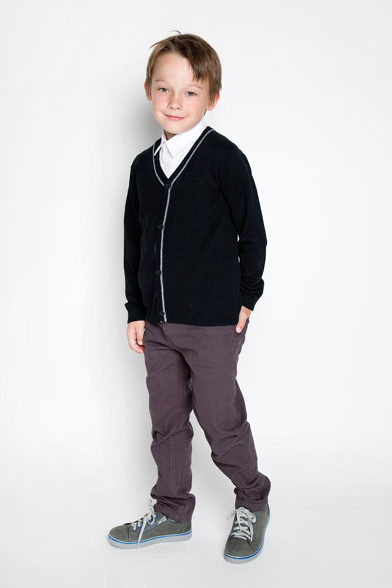 Кардиган363006Стильный трикотажный кардиган для мальчика Scool идеально подойдет для школы и повседневной носки. Изготовленный из хлопка с добавлением акрила, он необычайно мягкий и приятный на ощупь, не сковывает движения ребенка и позволяет коже дышать. Классический кардиган с длинными рукавами и V-образным вырезом горловины застегивается на пуговицы. Низ модели, вырез горловины, планка и манжеты связаны резинкой. Оригинальный современный дизайн и модная расцветка делают этот кардиган модным и стильным предметом детского гардероба. Трикотажный кардиган прямого кроя - хорошая альтернатива школьному пиджаку. Являясь важным атрибутом школьной моды, он обеспечивает тепло и комфорт.