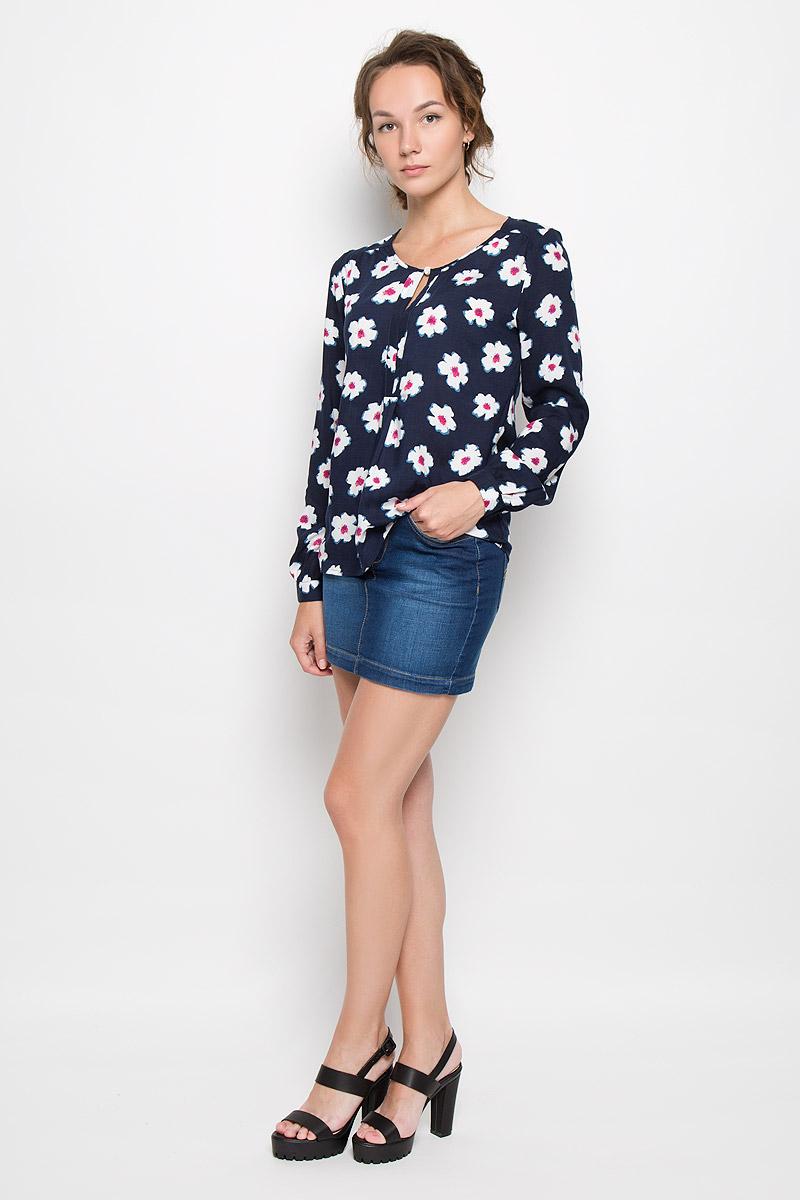 17332_Rayon, white flowersСтильная женская блузка F5, выполненная из 100% вискозы, подчеркнет ваш уникальный стиль и поможет создать женственный образ. Модель c круглым вырезом горловины и длинными рукавами. Низ рукавов обработан манжетами на пуговицах. Спереди изделие дополнено небольшим разрезом. Блузка оформлена цветочным принтом. Такая блузка будет дарить вам комфорт в течение всего дня и послужит замечательным дополнением к вашему гардеробу.