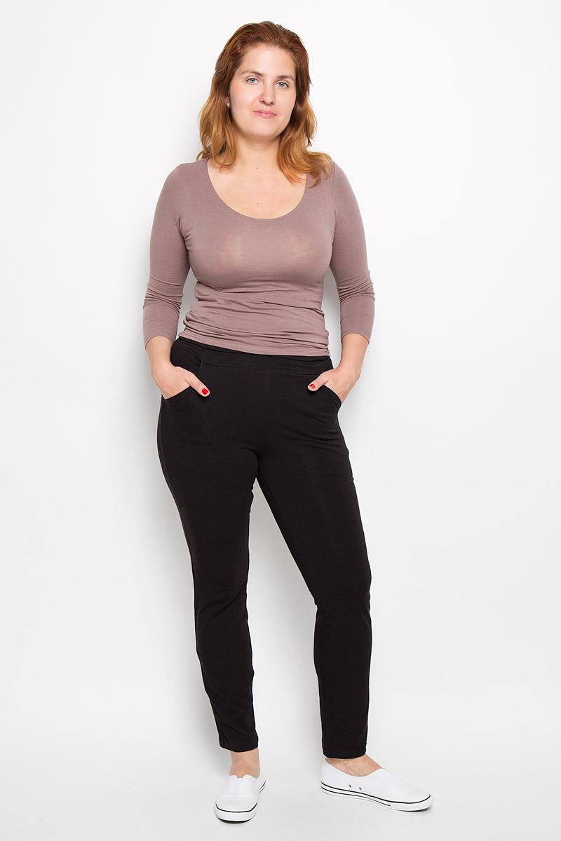 Брюки спортивныеRAV02-005Удобные женские спортивные брюки RAV великолепно подойдут для отдыха и повседневной носки, а также для занятий спортом. Модель средней посадки изготовлена из эластичного хлопка, благодаря чему великолепно пропускает воздух, обладает высокой гигроскопичностью и превосходно сидит, а также отводит влагу от кожи, обеспечивая комфорт во время тренировок. Брюки имеют широкую эластичную резинку на поясе. Изделие дополнено втачными карманами с закруглёнными срезами. Эти модные и в то же время удобные брюки - настоящее воплощение комфорта. В них вы всегда будете чувствовать себя уверенно и уютно.
