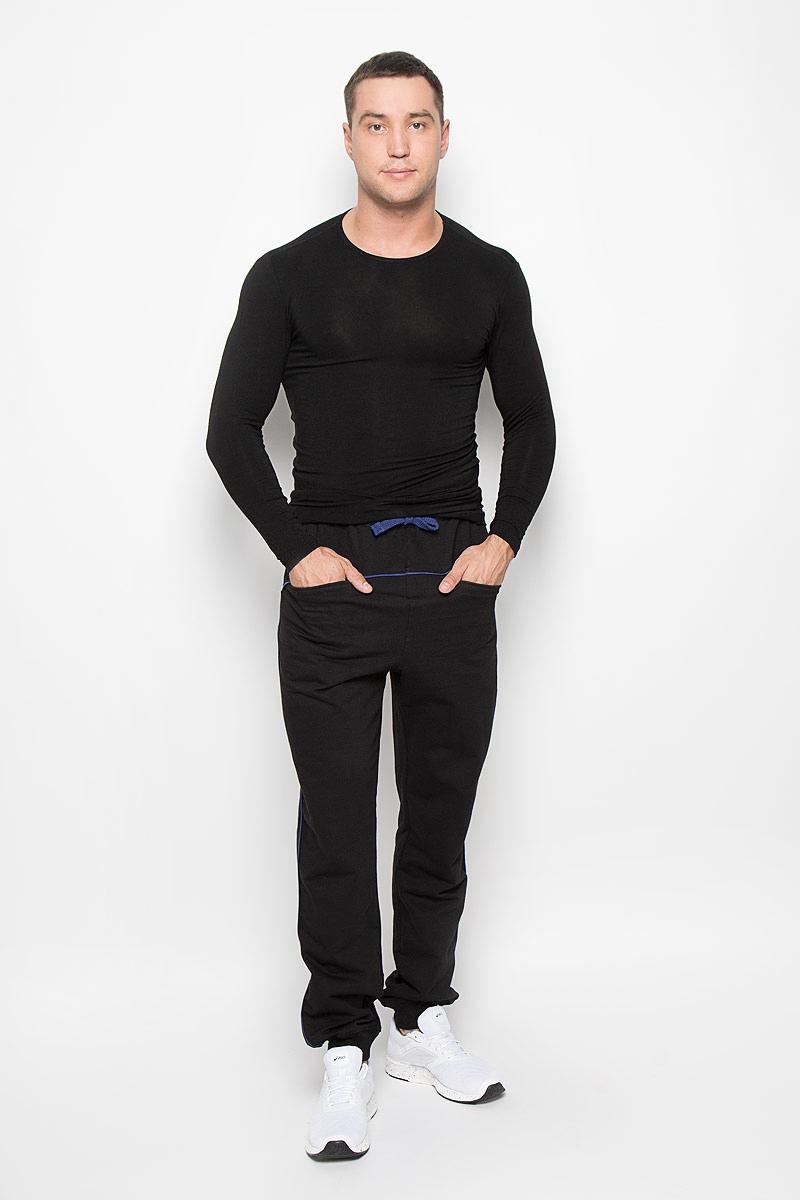 RAV01-025Удобные мужские спортивные брюки RAV великолепно подойдут для отдыха и повседневной носки, а также для занятий спортом. Модель прямого кроя изготовлена из хлопка, благодаря чему великолепно пропускает воздух, обладает высокой гигроскопичностью и превосходно сидит, а также отводит влагу от кожи. Модель имеет широкую эластичную резинку на поясе. Объем талии регулируется при помощи затягивающегося шнурка. Изделие оснащено двумя прорезными карманами спереди. Низ брючин дополнен трикотажной резинкой. Эти модные и в тоже время удобные брюки - настоящее воплощение комфорта. В них вы всегда будете чувствовать себя уверенно и уютно.
