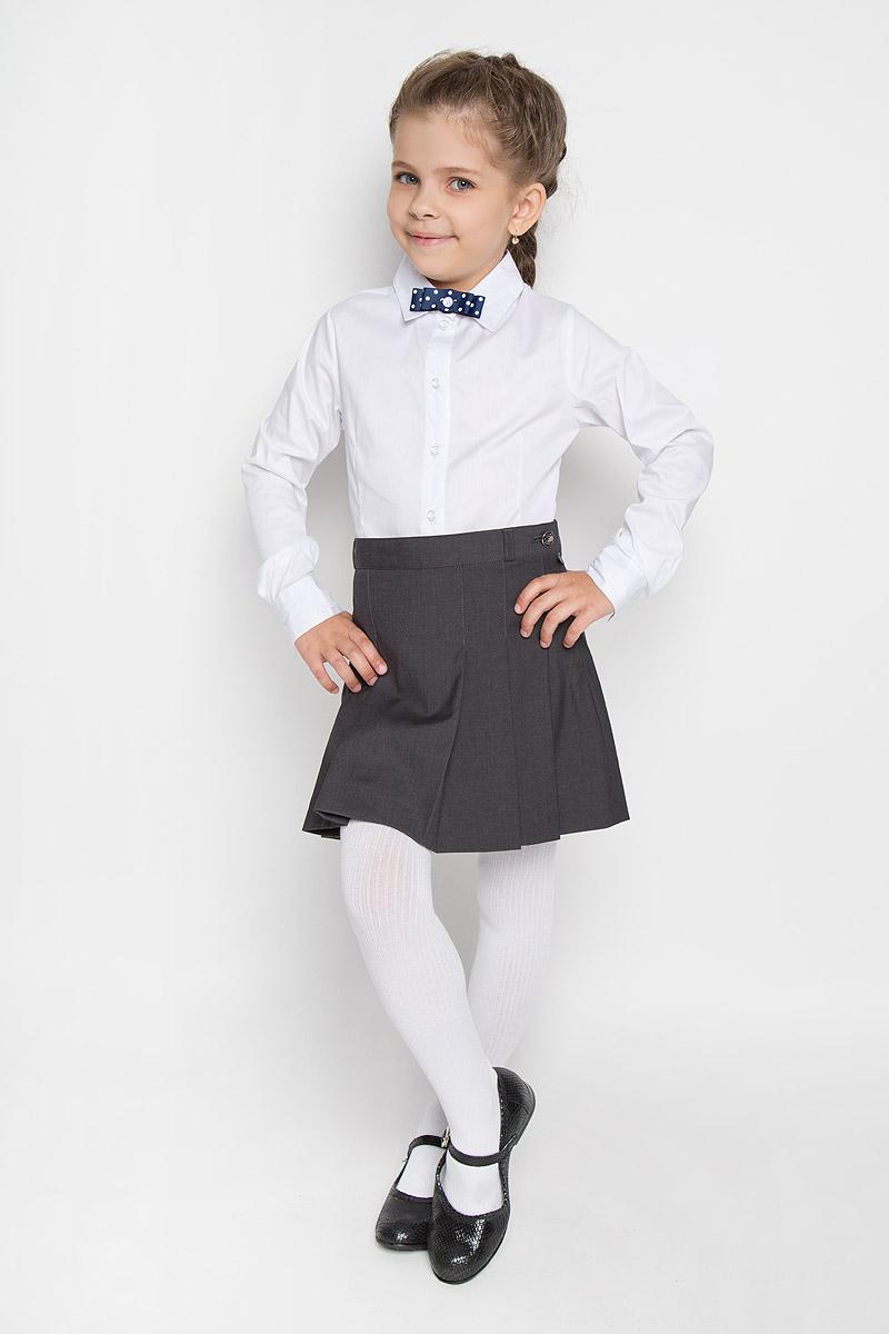 Блузка215BBGS2204Стильная блуза для девочки Button Blue идеально подойдет для школы. Изготовленная из хлопка с добавлением нейлона и эластана, она необычайно мягкая и приятная на ощупь, не сковывает движения и позволяет коже дышать, не раздражает даже самую нежную и чувствительную кожу ребенка, обеспечивая ему наибольший комфорт. Блузка приталенного кроя с длинными рукавами и отложным воротничком застегивается на пуговички. Низ модели по бокам закруглен. Рукава дополнены широкими манжетами на пуговицах. На груди модель украшена оригинальным бантиком, оформленным гороховым принтом, который пристегивается на пуговицу. Правый рукав оформлен небольшой вышивкой с названием бренда. Такая блуза - незаменимая вещь для школьной формы, отлично сочетается с юбками, брюками и сарафанами.