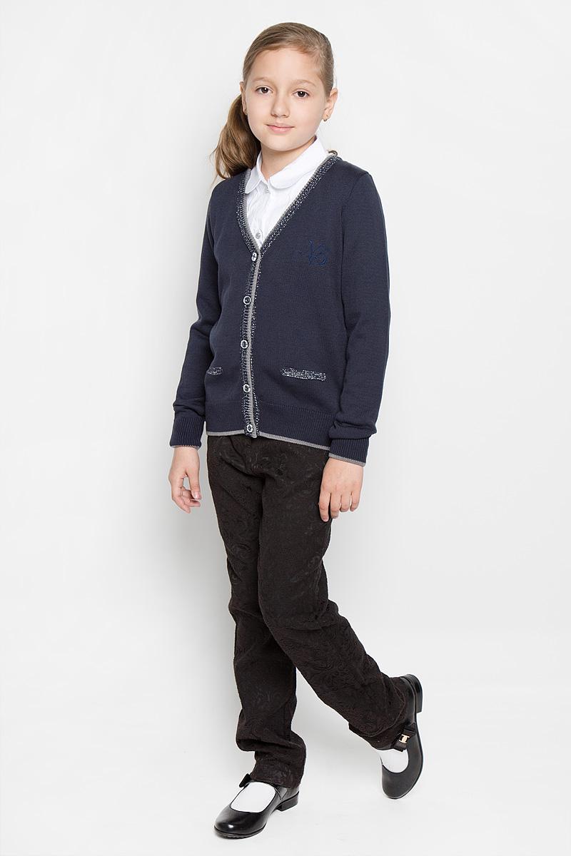 CYC26001A-29/CYC26001B-29Стильный кардиган для девочки Nota Bene станет отличным дополнением к школьному гардеробу. Изготовленный из хлопковой пряжи с добавлением акрила, он мягкий и приятный на ощупь, не сковывает движения и хорошо пропускает воздух, обеспечивая ребенку комфорт. Модель с V-образным вырезом горловины и длинными рукавами застегивается спереди на пуговицы. Манжеты рукавов и низ изделия связаны крупной резинкой. Изделие украшено вышитым логотипом бренда на груди, декорировано блестящей металлизированной нитью. Однотонный кардиган - хорошая альтернатива пиджаку в прохладное время года. Являясь важным атрибутом школьной моды, он обеспечивает тепло и комфорт.