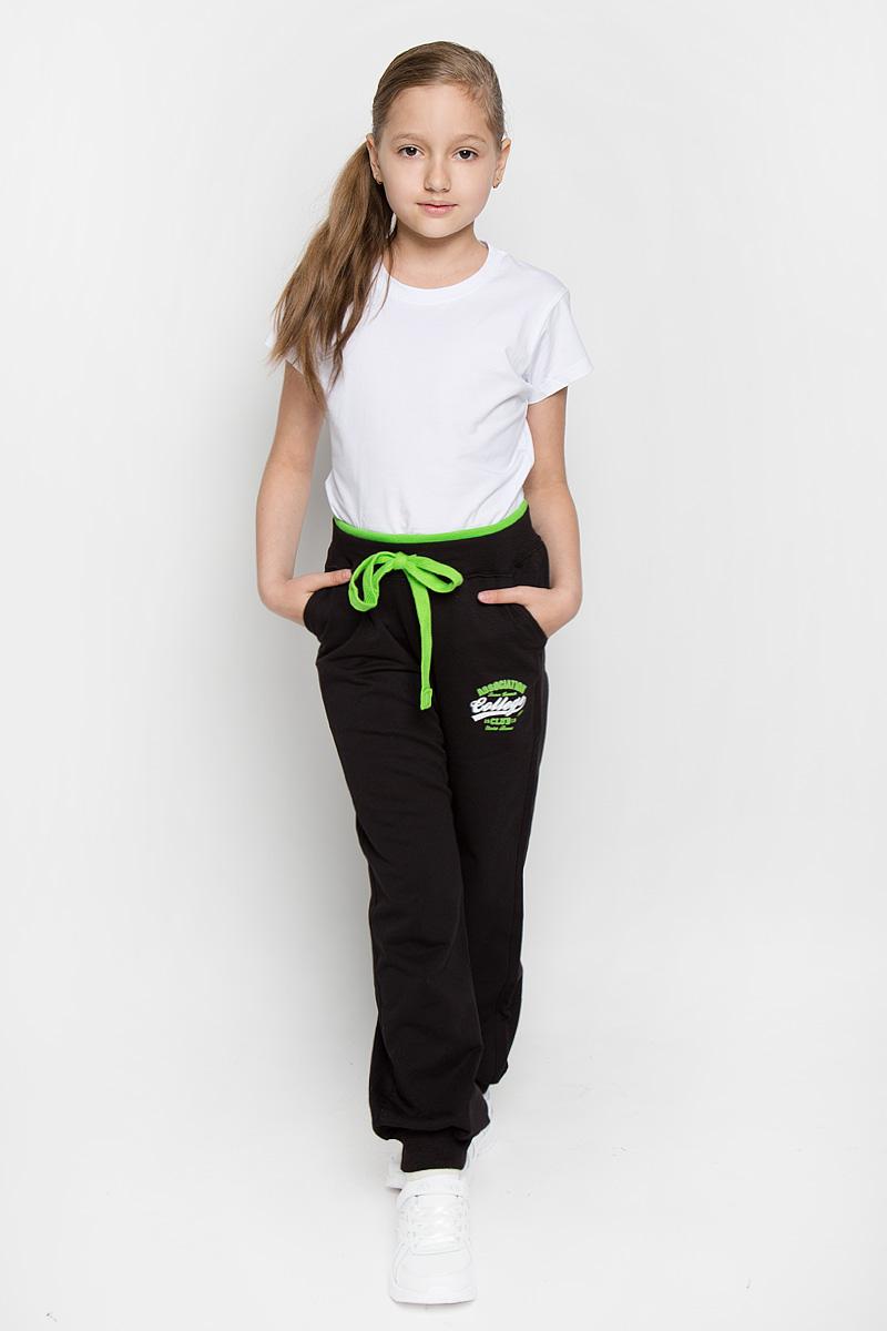 БрюкиAW15GS286B-21Спортивные брюки для девочки Nota Bene идеально подойдут вашей маленькой принцессе для отдыха и прогулок. Изготовленные из хлопка с добавлением лайкры, они необычайно мягкие и приятные на ощупь, не сковывают движения малышки и позволяют коже дышать, не раздражают даже самую нежную и чувствительную кожу ребенка, обеспечивая ему наибольший комфорт. Брюки на талии имеют широкий эластичный пояс и шнурок-кулиску, при помощи которого можно регулировать объем талии. Модель дополнена двумя втачными карманами с косыми срезами и принтовой надписью на левой брючине. Низ штанин дополнен трикотажными манжетами. Оригинальный современный дизайн и модная расцветка делают эти брюки модным и стильным предметом детского гардероба. В них ваша малышка всегда будет в центре внимания!