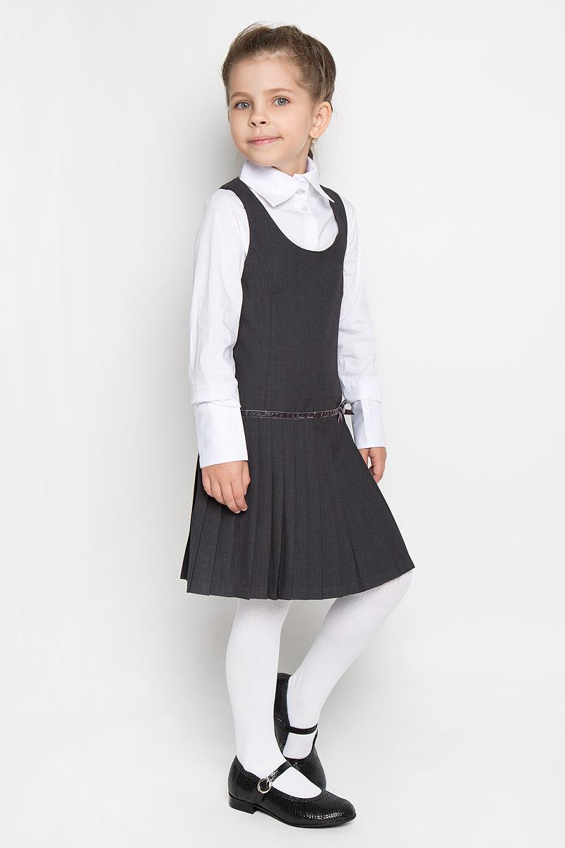Сарафан для девочки. SS-B-G-1722SS-B-G-1722_001Классический сарафан для девочки Silver Spoon - базовая вещь в школьном гардеробе ребенка. Изготовленный из высококачественного материала с добавлением вискозы, он необычайно мягкий и приятный на ощупь, не сковывает движения малышки и позволяет коже дышать, не раздражает даже самую нежную и чувствительную кожу ребенка, обеспечивая ему наибольший комфорт. На подкладке используется гладкая подкладочная ткань. Сарафан на широких лямках с округлым вырезом горловины на спинке застегивается на потайную застежку-молнию. Приталенный силуэт, заниженная отрезная линия юбки, декорированная бархатистой лентой с маленьким бантиком, небольшие складки придают изделию женственность и очарование. Несмотря на лаконичность решения, он не кажется скучным. Являясь важным атрибутом школьной моды, в сочетании с любой водолазкой, футболкой, блузкой, сарафан выглядит очень изысканно и деликатно.