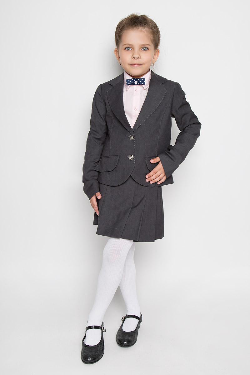 ПиджакSS-B-G-0802_003Классический пиджак для девочки Silver Spoon - основа делового стиля, а значит и в школьном гардеробе ребенка - это базовый атрибут, необходимый для будней и праздников. Изготовленный из высококачественного материала с добавлением вискозы, он необычайно мягкий и приятный на ощупь, не сковывает движения и позволяет коже дышать, не раздражает даже самую нежную и чувствительную кожу ребенка, обеспечивая ему наибольший комфорт. На подкладке использована гладкая подкладочная ткань. Модель с длинными рукавами и воротником с лацканами застегивается на две оригинальные пуговицы. Спереди он дополнен имитацией прорезных кармашков с клапанами. Планка, воротничок и клапаны оформлены прострочкой. Являясь важным атрибутом школьной моды, классический пиджак подчеркнет деловой имидж ученицы, придавая ей уверенность.
