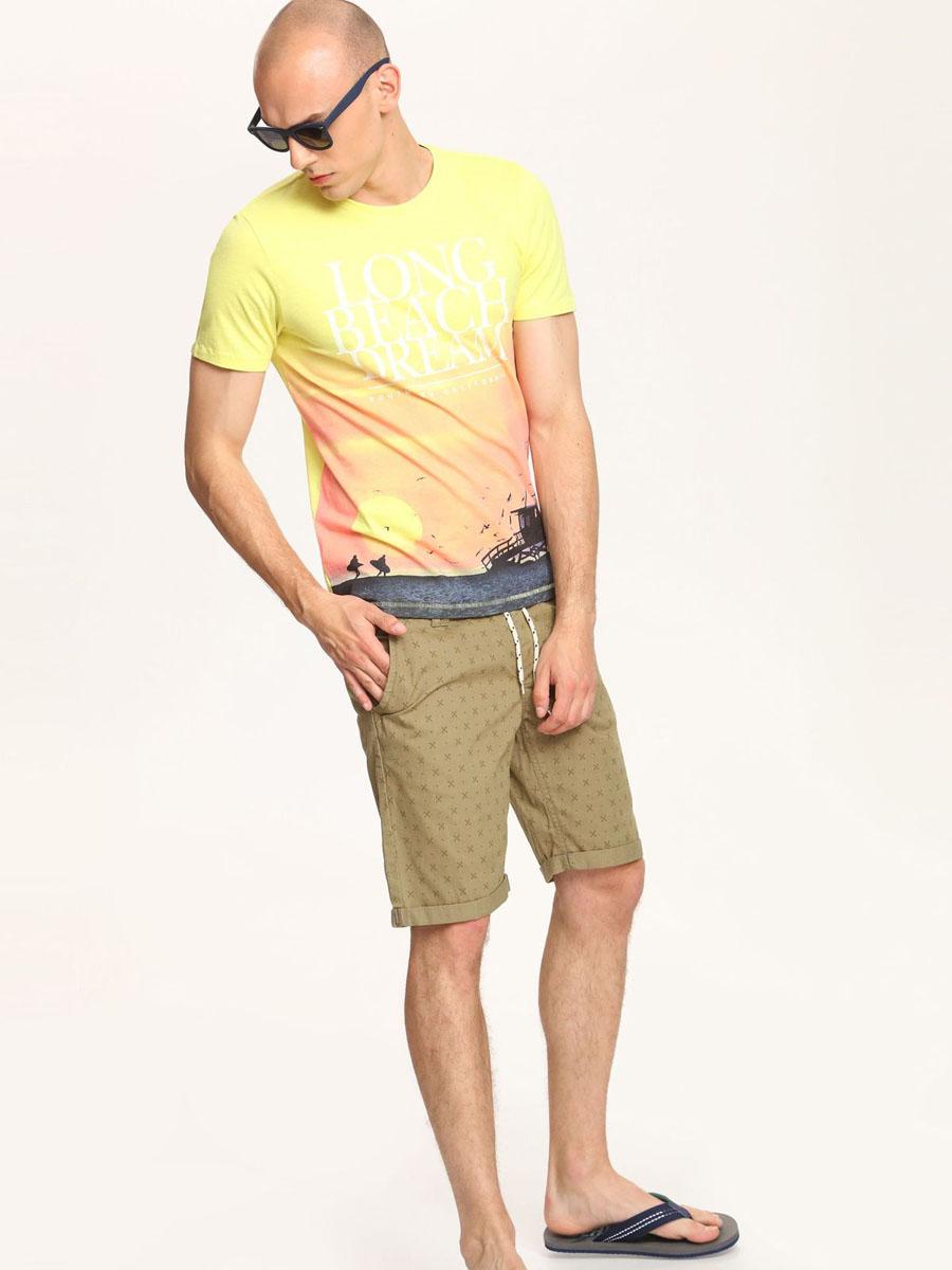 ФутболкаSPO2768ZOМужская футболка Top Secret, выполнена из хлопка. Модель с короткими рукавами и круглым вырезом горловины - идеальный вариант на каждый день. Спереди изделие оформлено оригинальным принтом и надписями.