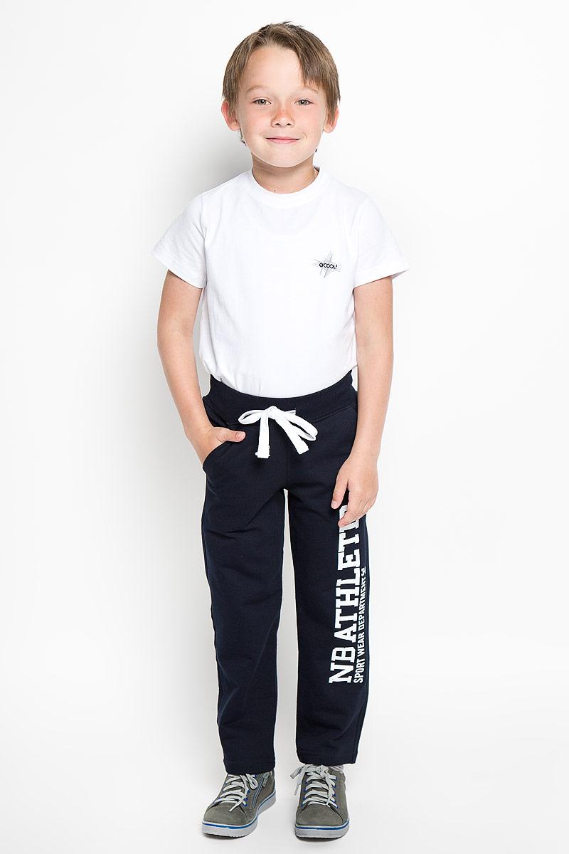 Брюки для мальчика. AW15BS317A-29AW15BS317A-29Удобные брюки для мальчика Nota Bene идеально подойдут вашему ребенку для отдыха, прогулок или занятий спортом. Изготовленные из хлопка с добавлением лайкры, они необычайно мягкие и приятные на ощупь, не сковывают движения и позволяют коже дышать, не раздражают даже самую нежную и чувствительную кожу ребенка, обеспечивая наибольший комфорт. Брюки спортивного стиля на талии имеют широкий эластичный пояс, благодаря чему, они не сдавливают живот ребенка и не сползают. Объем талии регулируется с помощью шнурка-кулиски. Спереди изделие дополнено двумя втачными карманами с косыми срезами, а сзади небольшим накладным карманом. Модель оформлена принтовой надписью на левой брючине. Такие брюки станут модным и стильным предметом детского гардероба.