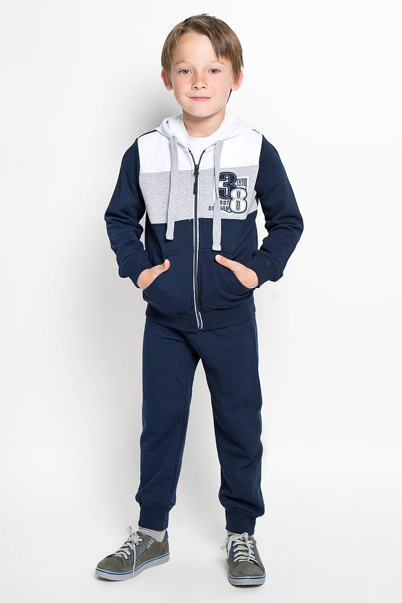 Комплект для мальчика: толстовка, брюки. 363048363048Комплект для мальчика Scool, состоящий из толстовки и брюк, идеально подойдет вашему ребенку. Изготовленный из высококачественного материала, он необычайно мягкий и приятный на ощупь, не сковывает движения и позволяет коже дышать, не раздражает даже самую нежную и чувствительную кожу ребенка, обеспечивая ему наибольший комфорт. Толстовка с длинными рукавами и капюшоном застегивается на застежку-молнию. Капюшон дополнен шнурком на кулиске. Низ изделия и низ рукавов оформлены широкой эластичной манжетой. Спереди модель дополнена двумя накладными карманами, а на груди оформлена небольшим оригинальным принтом. Брюки имеют на талии широкий эластичный пояс, регулируемый шнурком, благодаря чему они не сдавливают животик. Низ брючин дополнен широкими эластичными манжетами. Оригинальный дизайн и модная расцветка делают этот комплект незаменимым предметом детского гардероба. В нем вашему маленькому мужчине будет комфортно и уютно, и он всегда будет в центре внимания!