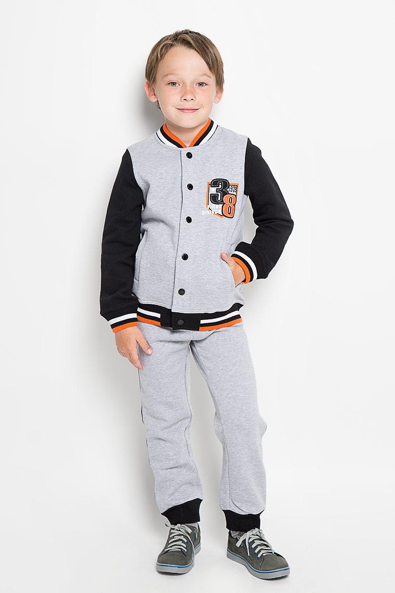 Спортивный костюм363049Комплект для мальчика Scool, состоящий из толстовки и брюк, идеально подойдет вашему ребенку. Изготовленный из высококачественного материала, он необычайно мягкий и приятный на ощупь, не сковывает движения и позволяет коже дышать, не раздражает даже самую нежную и чувствительную кожу ребенка, обеспечивая ему наибольший комфорт. Толстовка с длинными рукавами и воротником-стойкой застегивается на металлические кнопки. Низ изделия и низ рукавов оформлены широкой эластичной манжетой. Спереди модель дополнена двумя втачными карманами, а на груди оформлена небольшим оригинальным принтом. Брюки имеют на талии широкий эластичный пояс, регулируемый шнурком, благодаря чему они не сдавливают животик. Низ брючин дополнен широкими эластичными манжетами. Оригинальный дизайн и модная расцветка делают этот комплект незаменимым предметом детского гардероба. В нем вашему маленькому мужчине будет комфортно и уютно, и он всегда будет в центре внимания!