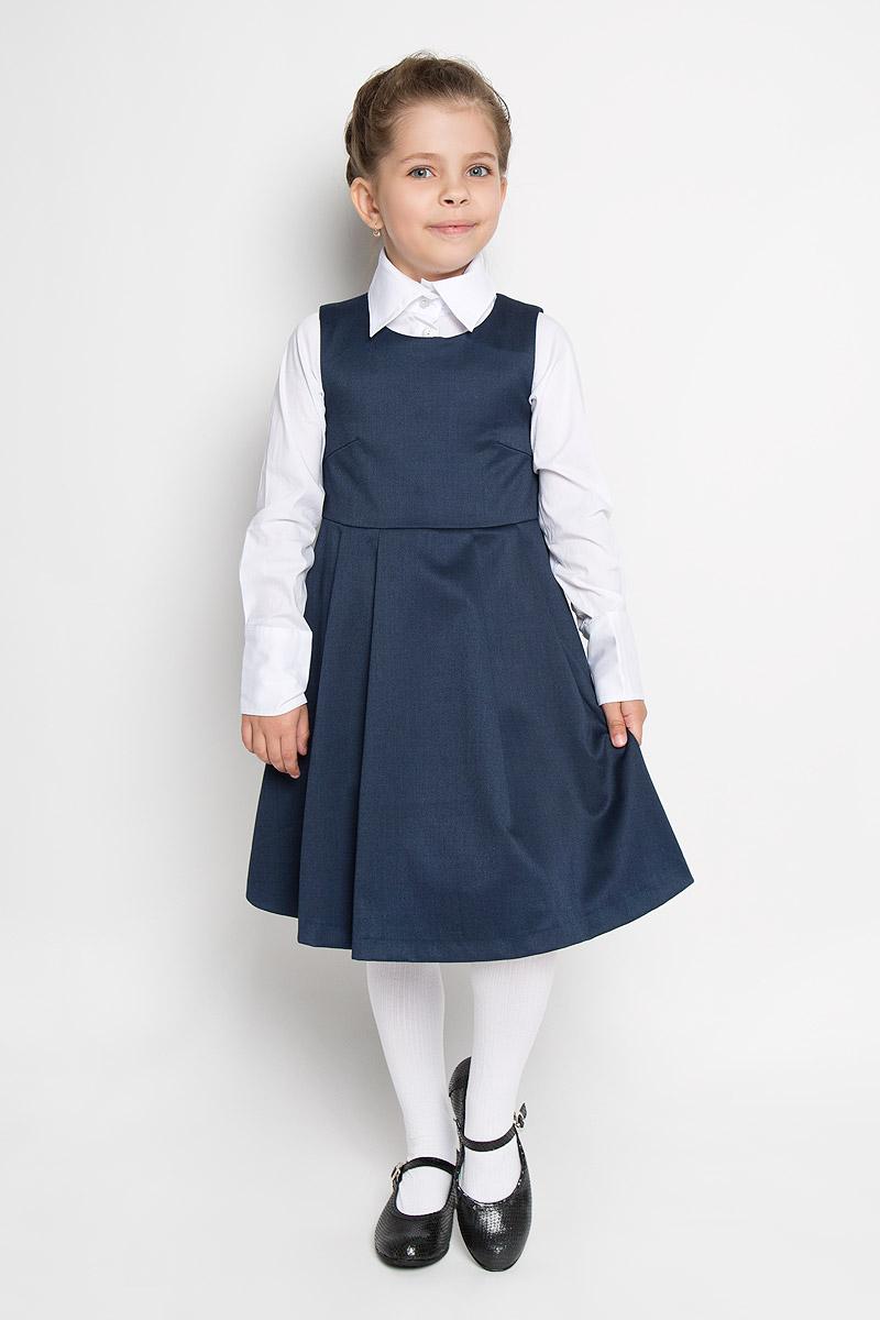 215BBGS2501Сарафан для девочки Button Blue - базовая вещь в школьном гардеробе ребенка. Изготовленный из полиэстера с добавлением вискозы, он мягкий и приятный на ощупь, не сковывает движения и позволяет коже дышать, не раздражает даже самую нежную и чувствительную кожу ребенка, обеспечивая наибольший комфорт. Подкладка выполнена из гладкой подкладочной ткани. Сарафан трапециевидного силуэта с округлым вырезом горловины на спинке застегивается на длинную скрытую застежку-молнию. Сарафан имеет отрезную линию талии и крупные складки на юбке. Являясь важным атрибутом школьной моды, в сочетании с любой водолазкой, футболкой, блузкой, сарафан выглядит очень изысканно и деликатно.
