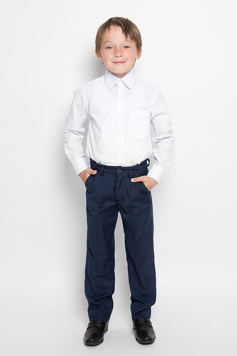 215BBBS6301Классические брюки для мальчика Button Blue - основа повседневного школьного гардероба. Изготовленные из высококачественного костюмного полотна, они необычайно мягкие и приятные на ощупь, не сковывают движения и позволяют коже дышать, не раздражают даже самую нежную и чувствительную кожу ребенка, обеспечивая ему наибольший комфорт. Брюки прямого покроя с заутюженными стрелками на талии застегиваются на пластиковую пуговицу и имеют ширинку на застежке-молнии и шлевки для ремня. С внутренней стороны предусмотрена скрытая эластичная резинка на пуговицах. Спереди брюки дополнены двумя втачными карманами с косыми краями, а сзади - двумя прорезными карманами. Эта универсальная модель подходит под различные варианты пиджаков, джемперов и водолазок.