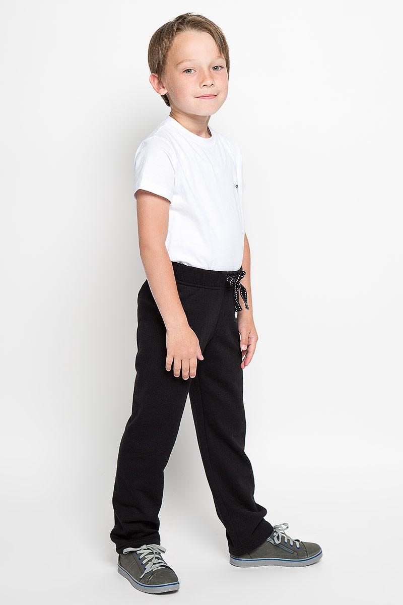 Брюки для мальчика. 363050363050Удобные брюки для мальчика Scool идеально подойдут вашему ребенку для отдыха, прогулок или занятий спортом. Изготовленные из хлопка с добавлением полиэстера, они необычайно мягкие и приятные на ощупь, не сковывают движения и позволяют коже дышать, не раздражают даже самую нежную и чувствительную кожу ребенка, обеспечивая наибольший комфорт. Брюки спортивного стиля на талии имеют широкую эластичную резинку, благодаря чему, они не сдавливают живот ребенка и не сползают. Объем талии регулируется с помощью шнурка-кулиски. Такие брюки станут модным и стильным предметом детского гардероба.