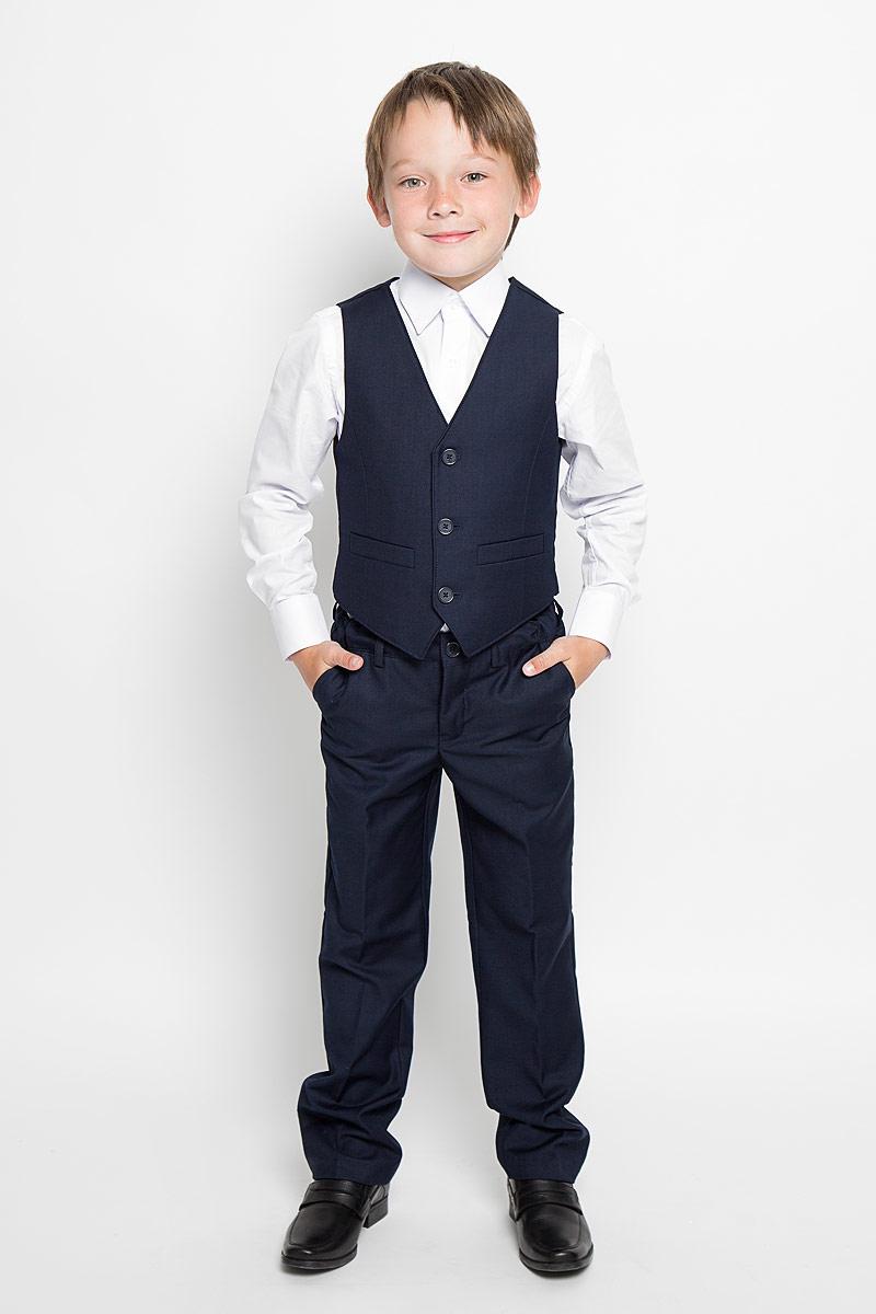 Костюм363024Комплект для мальчика Scool, состоящий из жилета и брюк, идеально подойдет вашему ребенку. Изготовленный из высококачественного материала, он необычайно мягкий и приятный на ощупь, не сковывает движения и не раздражает даже самую нежную и чувствительную кожу ребенка, обеспечивая ему наибольший комфорт. Жилет классического кроя с V-образным вырезом горловины спереди застегивается на пуговицы и дополнен двумя прорезными кармашками. Для удобства на спинке предусмотрен хлястик для регулировки изделия по ширине. Брюки классического кроя на талии имеют пояс на пуговице, также имеются шлевки для ремня и ширинка на застежке-молнии. С внутренней стороны пояс можно утянуть скрытой резинкой на пуговицах. Спереди брюки дополнены двумя втачными карманами с косыми краями, а сзади - одним прорезным карманом на пуговице. Оформлены брюки заутюженными стрелками. Оригинальный дизайн и модная расцветка делают этот комплект незаменимым предметом детского гардероба. В нем...