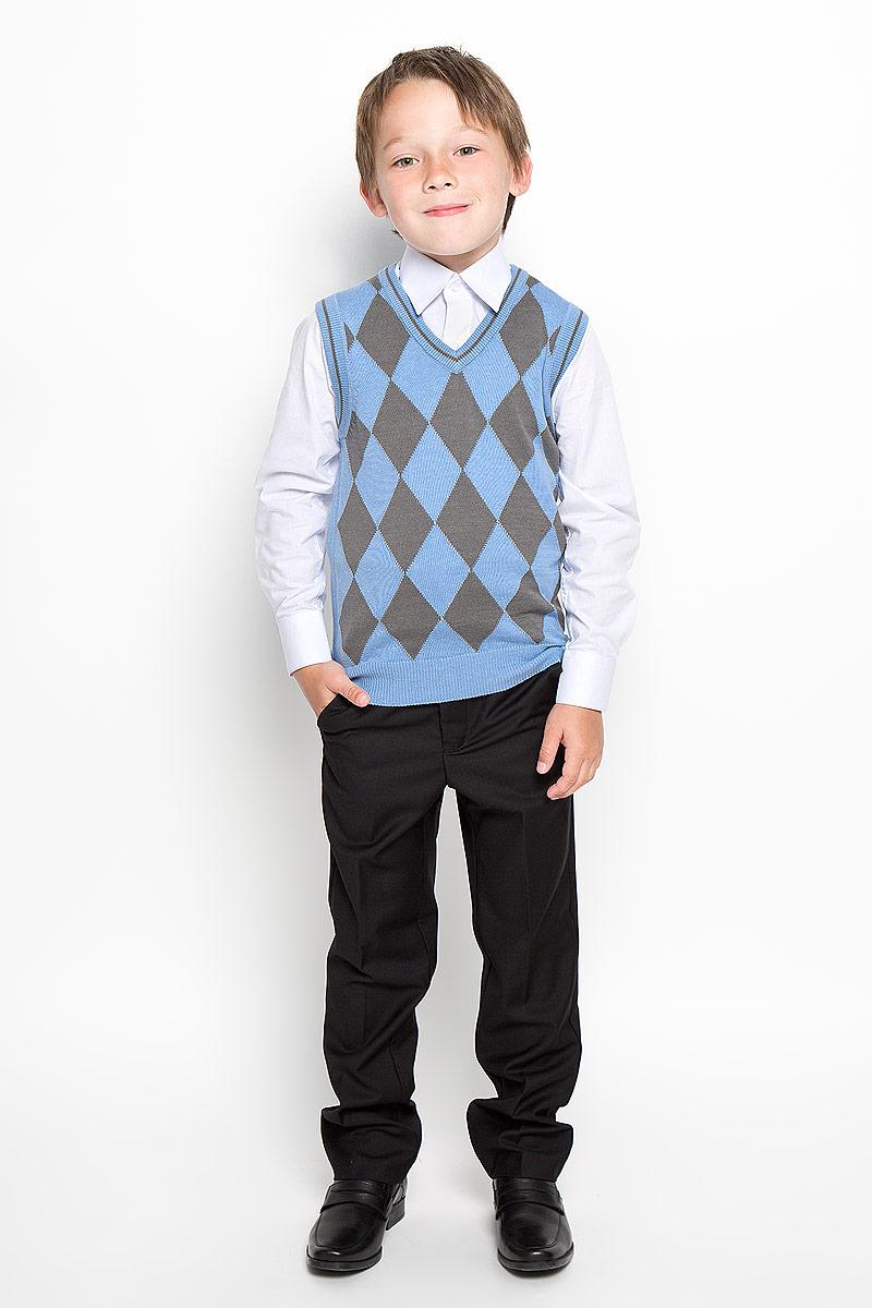 Light blue-2.1Уютный вязаный жилет для мальчика Tsarevich идеально подойдет для школы. Пряжа, выполненная из хлопка и акрила, делает его очень мягким, приятным, комфортным в носке, он не сковывает движения и позволяет коже дышать, не раздражает даже самую нежную и чувствительную кожу ребенка, обеспечивая ему наибольший комфорт. Жилет классического кроя, спереди оформленный ромбами, имеет V-образный вырез горловины. Вырезы рукавов, горловина и низ модели связаны мелкой резинкой. Являясь важным атрибутом школьной моды, стильный жилет создает тепло и комфорт, отлично сочетается с рубашками и брюками.
