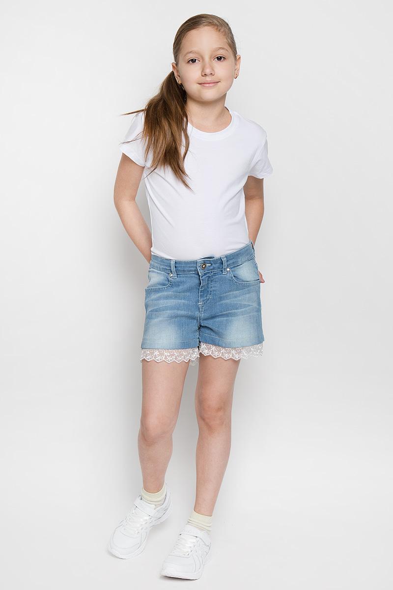 SCFSG-624-26403-001 мод.F2-001Модные джинсовые шорты для девочки Silver Spoon Casual идеально подойдут маленькой принцессе. Изготовленные из эластичного хлопка, они мягкие и приятные на ощупь, не сковывают движения и позволяют коже дышать. Шорты застегиваются на поясе на металлическую пуговицу и имеют ширинку на застежке-молнии, а также шлевки для ремня. При необходимости пояс можно утянуть скрытой резинкой на пуговках. Спереди расположены два втачных кармана, сзади - два накладных кармана. Оформлены шорты эффектом потертости и перманентными складками. Изделие декорировано кружевными вставками и металлическими клепками с крупными стразами. Обладательница таких шорт всегда будет в центре внимания!