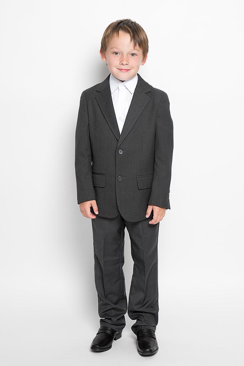 Пиджак363019Стильный пиджак для мальчика Scool станет отличным дополнением к школьному гардеробу в прохладные дни. Изготовленный из высококачественного материала, он необычайно мягкий и приятный на ощупь, не сковывает движения и позволяет коже дышать, не раздражает нежную кожу ребенка, обеспечивая ему наибольший комфорт. Пиджак с воротничком с лацканами застегивается на пластиковые пуговички. Низ рукавов дополнен декоративными пуговицами. Спереди пиджак оформлен двумя прорезными карманами с клапанами в нижней части и небольшим прорезным кармашком на груди. С внутренней стороны находятся два прорезных кармана, один из которых застегивается на пуговицу. Сзади предусмотрена шлица. В таком пиджачке ваш маленький мужчина будет чувствовать себя комфортно, уютно и всегда будет в центре внимания!