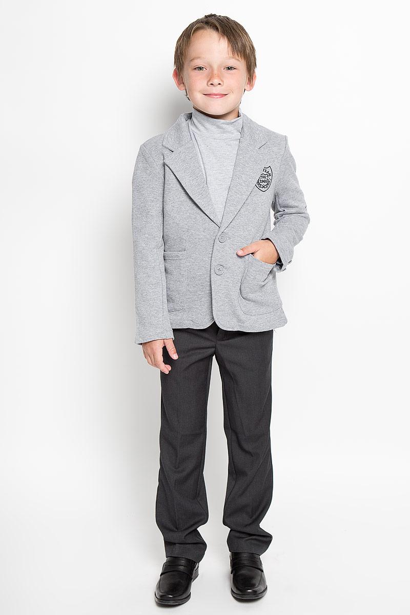 Пиджак для мальчика. 363038363038Стильный пиджак для мальчика Scool станет отличным дополнением к школьному гардеробу в прохладные дни. Изготовленный из высококачественного материала, он необычайно мягкий и приятный на ощупь, не сковывает движения и позволяет коже дышать, не раздражает нежную кожу ребенка, обеспечивая ему наибольший комфорт. Пиджак с воротничком с лацканами застегивается на пластиковые пуговички. Низ рукавов дополнен декоративными пуговицами. Спереди пиджак оформлен двумя накладными карманами и вышитым логотипом бренда. Сзади предусмотрена шлица. В таком пиджачке ваш маленький мужчина будет чувствовать себя комфортно, уютно и всегда будет в центре внимания!