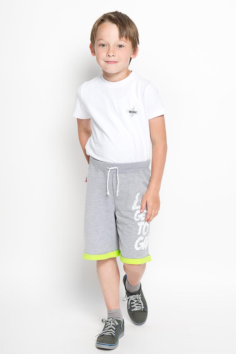 SCFSB-628-16405-808 мод.M2-001Шорты для мальчика Silver Spoon Casual идеально подойдут вашему ребенку для отдыха и прогулок. Изготовленные из хлопка с добавлением полиэстера и эластана, они мягкие и приятные на ощупь, не сковывают движения и хорошо пропускают воздух. Шорты по талии дополнены широким трикотажным поясом и шнурком на кулиске. Модель оформлена небольшим накладным кармашком сзади и имитацией гульфика спереди. Шорты дополнены принтовой надписью на английском языке. Современный дизайн и расцветка делают эти шорты стильным предметом детского гардероба, в них ребенку будет удобно и комфортно.
