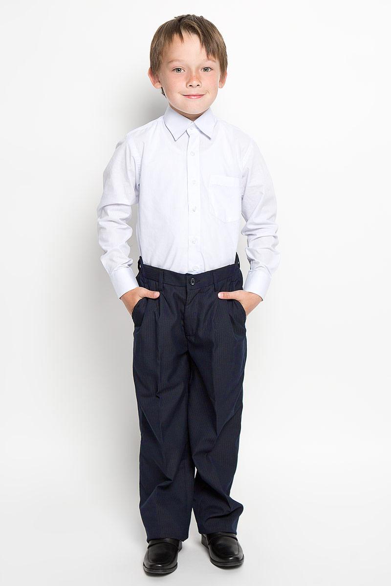 Брюки27770Классические брюки для мальчика Imperator - основа повседневного школьного гардероба. Изготовленные из высококачественного материала с добавлением вискозы, они мягкие и приятные на ощупь, не сковывают движения и позволяют коже дышать, не раздражают даже самую нежную и чувствительную кожу ребенка, обеспечивая ему наибольший комфорт. Брюки прямого покроя с заутюженными стрелками и выработкой в полоску по ткани на талии застегиваются на пластиковую пуговицу. Также имеют ширинку на застежке-молнии и шлевки для ремня. Спереди изделие дополнено двумя втачными карманами с косыми краями. Неширокие складочки возле карманов придают оригинальность модели. Пояс по спинке присборен на эластичную резинку для лучшего прилегания и посадки по фигуре. Эта универсальная модель, подходящая под различные варианты жакетов, пиджаков, джемперов и водолазок.
