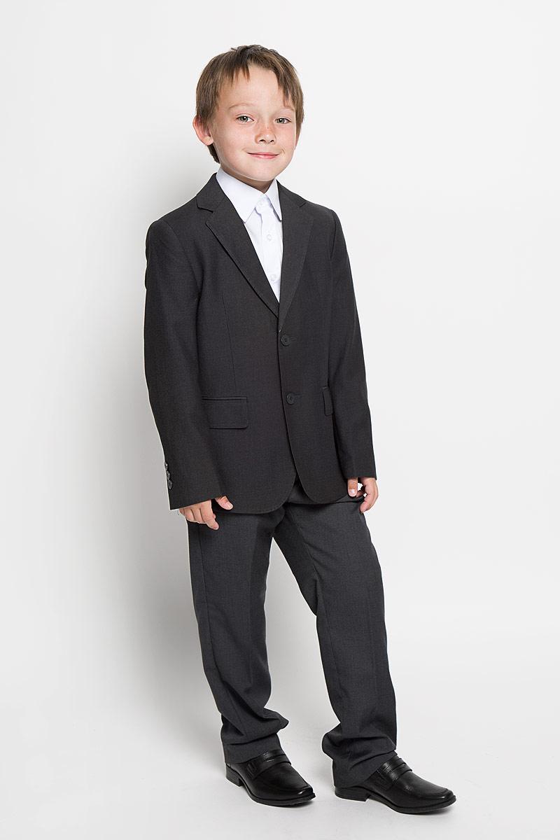 353025Стильный пиджак для мальчика Scool станет отличным дополнением к школьному гардеробу в прохладные дни. Изготовленный из высококачественного материала, он необычайно мягкий и приятный на ощупь, не сковывает движения и позволяет коже дышать, не раздражает нежную кожу ребенка, обеспечивая ему наибольший комфорт. Подкладка выполнена из гладкой подкладочной ткани. Пиджак с воротничком с лацканами застегивается на пластиковые пуговички. Манжеты дополнены декоративными пуговицами. Спереди пиджак дополнен двумя прорезными карманами с клапанами. С изнаночной стороны также имеются два прорезных вместительных кармана. Сзади предусмотрена шлица. В таком пиджачке ваш маленький мужчина будет чувствовать себя комфортно, уютно и всегда будет в центре внимания!