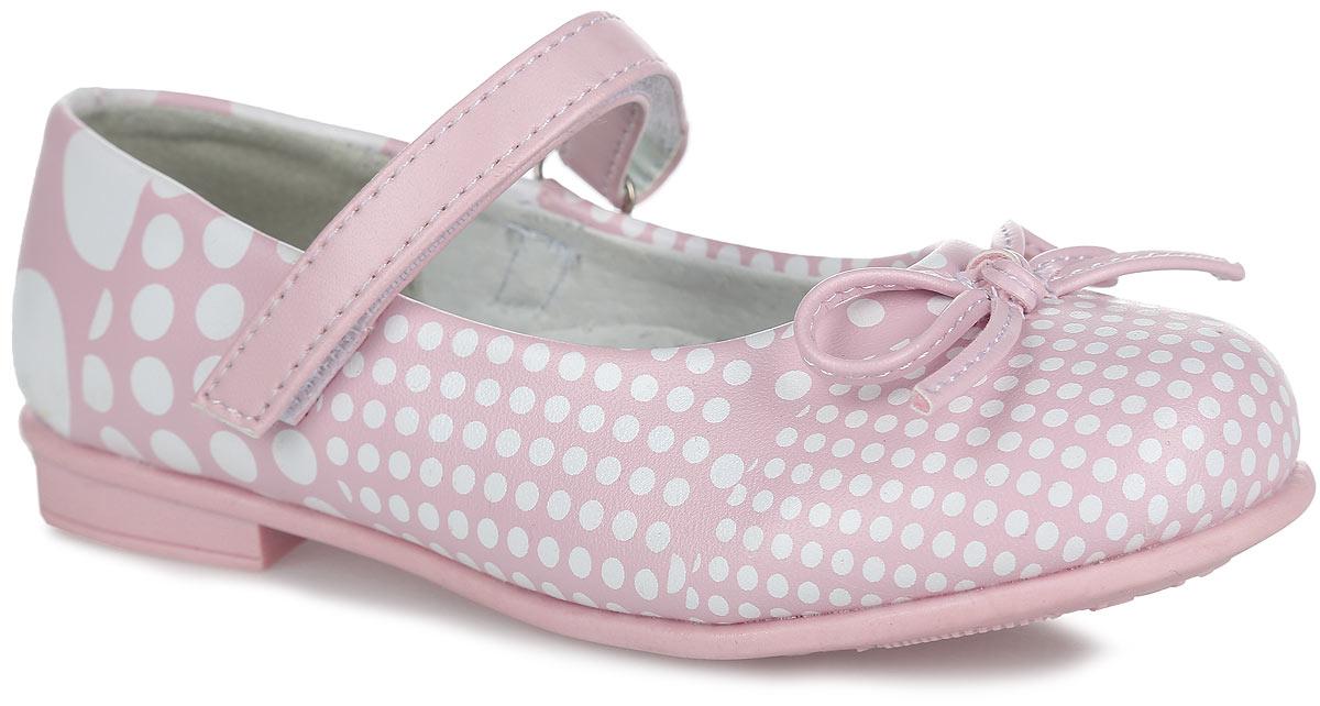 Туфли100352Модные туфли на невысоком широком каблуке от Mursu помогут вашей девочке создать обворожительный образ. Модель выполнена из искусственной кожи и оформлена по верху принтом в горох. Мыс декорирован милым бантиком. Подкладка и стелька из натуральной кожи предотвратят натирание и гарантируют уют. Стелька дополнена супинатором, который обеспечивает правильное положение ноги ребенка при ходьбе, предотвращает плоскостопие. Ремешок на застежке-липучке надежно зафиксирует обувь на стопе. Максимально комфортная подошва обеспечивает отличное сцепление с поверхностью. Стильные туфли придутся по душе вашей малышке.
