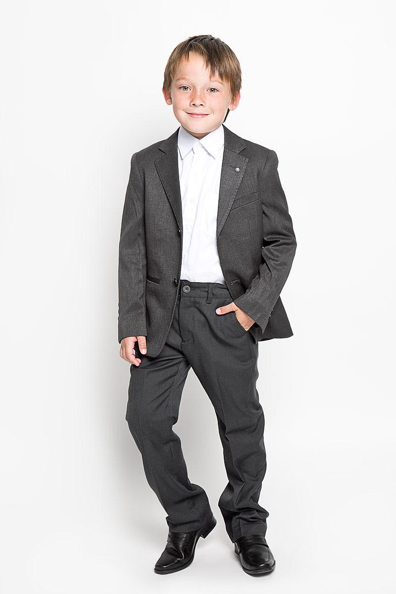 Брюки215BBBS6301Классические брюки для мальчика Button Blue - основа повседневного школьного гардероба. Изготовленные из высококачественного костюмного полотна, они необычайно мягкие и приятные на ощупь, не сковывают движения и позволяют коже дышать, не раздражают даже самую нежную и чувствительную кожу ребенка, обеспечивая ему наибольший комфорт. Брюки прямого покроя с заутюженными стрелками на талии застегиваются на пластиковую пуговицу и имеют ширинку на застежке-молнии и шлевки для ремня. С внутренней стороны предусмотрена скрытая эластичная резинка на пуговицах. Спереди брюки дополнены двумя втачными карманами с косыми краями, а сзади - двумя прорезными карманами. Эта универсальная модель подходит под различные варианты пиджаков, джемперов и водолазок.