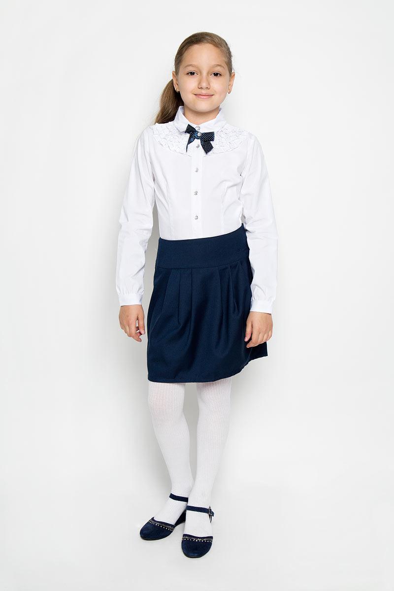 Блузка для девочки. 364041364041Блузка для девочки Scool изготовлена из эластичного хлопка с добавлением полиэстера. Изделие не сковывает движения и хорошо пропускает воздух, обеспечивая наибольший комфорт. Блузка с отложным воротником и длинными рукавами застегивается на пуговицы по всей длине. На рукавах предусмотрены манжеты с застежками-пуговицами. Спереди модель оформлена очаровательными рюшами и атласным бантом. Блузка станет стильным дополнением к школьному гардеробу. Модель отлично сочетается с юбками и брюками.