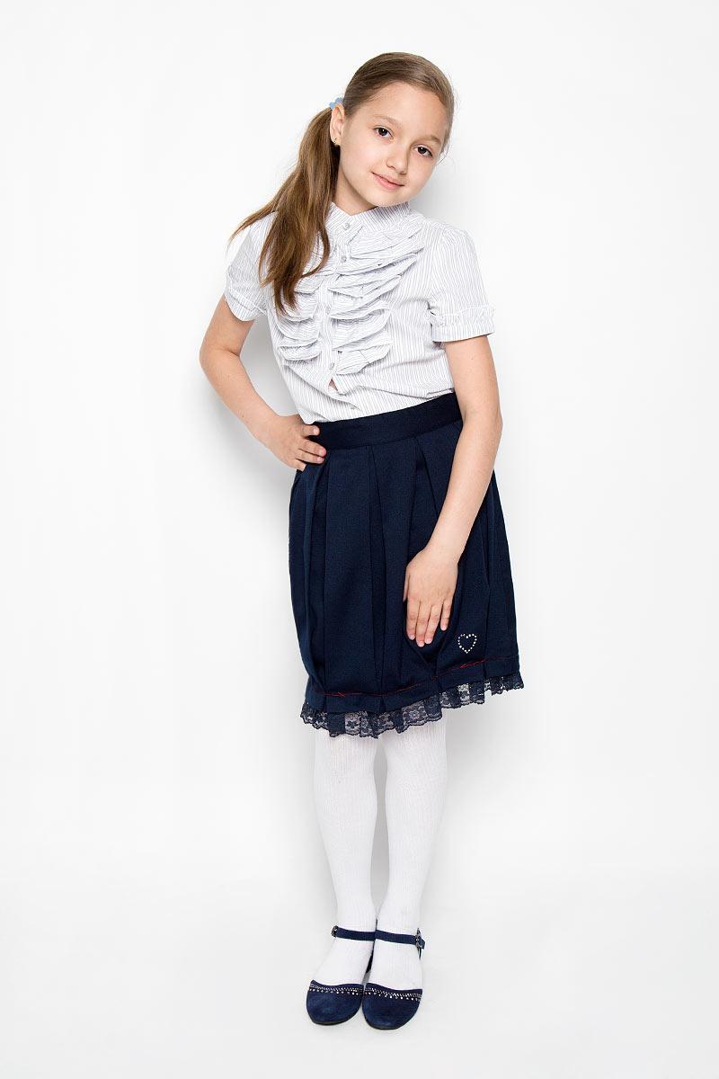 Юбка364024Классическая юбка для девочки Scool идеально подойдет для школы. Изготовленная из высококачественного материала с подкладкой, она необычайно мягкая и приятная на ощупь, не сковывает движения и позволяет коже дышать, не раздражает даже самую нежную и чувствительную кожу ребенка, обеспечивая наибольший комфорт. Юбка, оформленная от линии талии крупными складками, застегивается на оригинальную пуговицу и застежку-молнию. При необходимости в поясе ее можно утянуть скрытой резинкой на пуговках. Низ изделия дополнен кружевной оборкой и маленьким сердечком из страз. В сочетании с любым верхом, эта юбка выглядит строго, красиво, и очень эффектно.