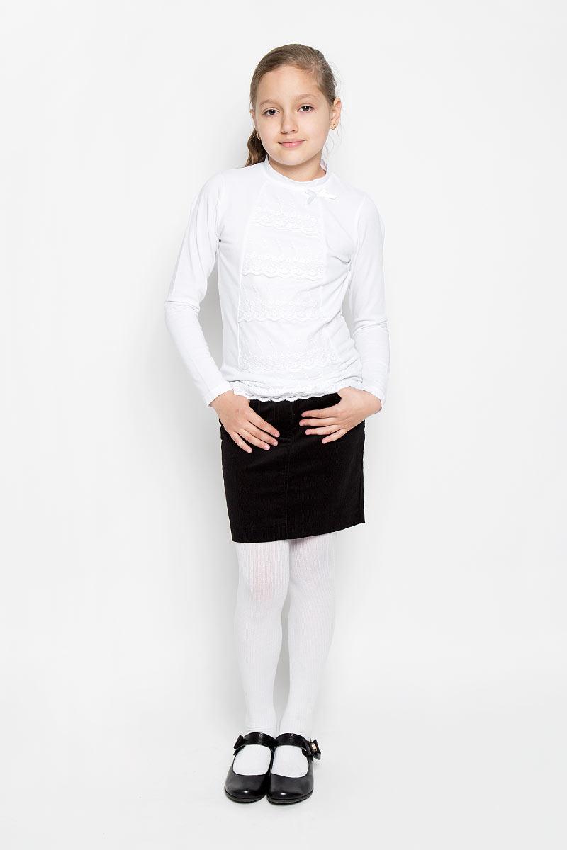 Лонгслив для девочки. 364074364074Лонгслив для девочки Scool идеально подойдет юной моднице. Изделие выполнено из эластичного хлопка, мягкое и приятное на ощупь, не сковывает движения и позволяет коже дышать, не раздражает нежную и чувствительную кожу ребенка. Модель имеет воротник-стойку и длинные рукава. Спереди лонгслив оформлен вставками из гипюра и маленьким атласным бантиком. Лонгслив станет отличным дополнением к детскому гардеробу, ребенку в нем будет удобно и комфортно!