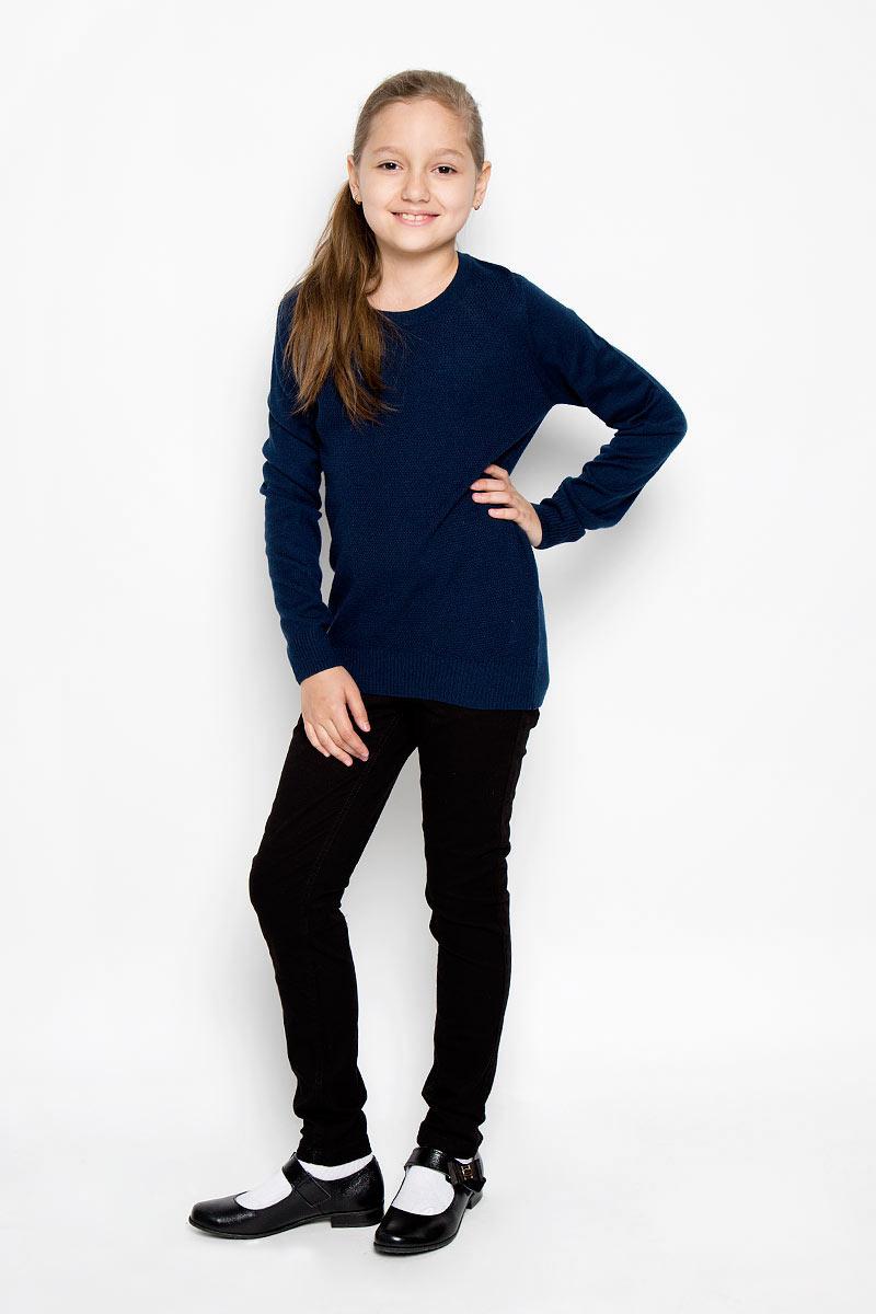 Джемпер для девочки. 215BBGS3103215BBGS3103Вязаный джемпер для девочки Button Blue идеально подойдет для школы и повседневной носки. Изготовленный из акрила с добавлением нейлона и шерсти, он необычайно мягкий и приятный на ощупь, не сковывает движения малышки и позволяет коже дышать, не раздражает даже самую нежную и чувствительную кожу ребенка, обеспечивая ему наибольший комфорт. Джемпер с длинными рукавами и круглым вырезом спереди оформлен оригинальной фактурной вязкой. Горловина, манжеты рукавов и низ изделия связаны крупной резинкой. На спинке изделие имеет вырез в форме капли, застегивающийся на пуговку. Оригинальный современный дизайн и классический фасон делают этот джемпер актуальным и стильным предметом школьного гардероба. Вязаный джемпер будет прекрасно сочетаться со школьной формой, обеспечивая тепло и комфорт.