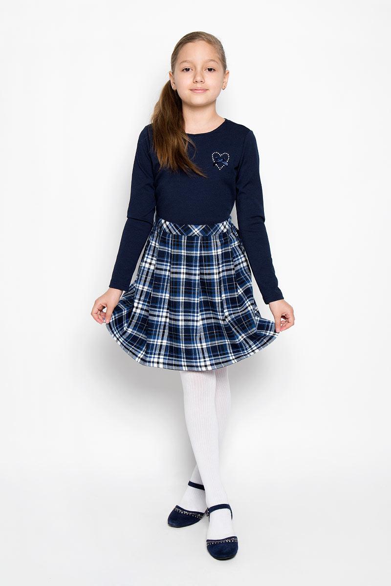 Платье для девочки. 364029364029Классическое платье для девочки Scool - базовая вещь в школьном гардеробе ребенка. Изготовленный из высококачественного материала, он необычайно мягкий и приятный на ощупь, не сковывает движения и позволяет коже дышать, не раздражает даже самую нежную и чувствительную кожу ребенка, обеспечивая ему наибольший комфорт. Платье в строгую клетку с круглым вырезом горловины и длинными рукавами на спинке застегивается на потайную застежку-молнию. Низ изделия выполнен в виде юбки со складками от линии талии. На груди изделие украшено стразами в виде сердечка и маленьким атласным бантиком. Несмотря на лаконичность решения, он не кажется скучным. Являясь важным атрибутом школьной моды платье выглядит очень изысканно и деликатно.