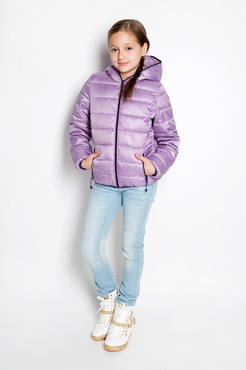 Куртка364002Стильная куртка для девочки Scool идеально подойдет для ребенка в прохладную погоду. Модель изготовлена из полиэстера. Изделие легкое, удобное и комфортное в носке. В качестве утеплителя используется полиэстер, который отлично сохраняет тепло. Куртка с несъемным капюшоном застегивается на пластиковую молнию до верха для лучшей защиты ребенка от ветра. Спереди расположены два прорезных кармана на застежках-молниях. Края рукавов и низ изделия дополнены эластичными резинками. На куртке предусмотрены небольшие светоотражающие элементы для безопасности ребенка в темное время суток. Яркая и модная куртка станет замечательным дополнением к детскому гардеробу. В ней маленькая принцесса всегда будет в центре внимания!