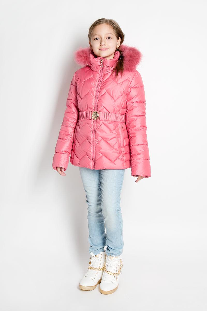 PUFWG-526-20111-430Стильная куртка для девочки Pulka идеально подойдет для маленькой модницы в холодное время года. Курточка изготовлена из полиэстера с утеплителем Isosoft - утеплитель нового поколения высочайшего качества. Его теплоизолирующая структура состоит из множества тончайших волокон, благодаря которым изделия обладают превосходными теплозащитными свойствами, несмотря на кажущуюся внешнюю тонкость утеплителя. Уникальная поверхность материала позволяет комбинировать утеплитель Isosoft с разными тканями, уменьшая сроки износа ткани. Стеганая куртка с капюшоном и воротником-стойкой застегивается на пластиковую молнию и дополнительно имеет внутреннюю ветрозащитную планку. На талии куртка дополнена шлевками для ремня и эластичным пояском с металлической пряжкой, благодаря которому она плотно прилегает к телу. Капюшон, декорированный съемной опушкой из натурального меха енота, пристегивается к куртке при помощи молнии. По краю он снабжен скрытой резинкой со стопперами. Низ рукавов дополнен...