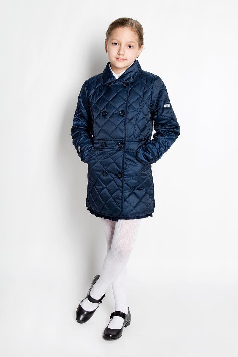Куртка для девочки. 364004364004Стильная удлиненная куртка для девочки Scool идеально подойдет для ребенка в прохладную погоду. Модель изготовлена из полиэстера. Изделие легкое, удобное и комфортное в носке. В качестве утеплителя используется полиэстер, который отлично сохраняет тепло. Куртка с отложным воротником застегивается на пластиковые пуговицы с ветрозащитной планкой для лучшей защиты ребенка от ветра. Спереди расположены два прорезных кармана. Сзади на линии талии расположена эластичная резинка. На куртке предусмотрены небольшие светоотражающие элементы для безопасности ребенка в темное время суток. Модная куртка станет замечательным дополнением к детскому гардеробу. В ней маленькая принцесса всегда будет в центре внимания!