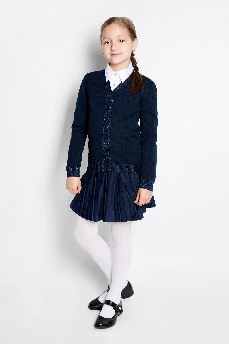 Кардиган364009Стильный кардиган для девочки Scool идеально подойдет для школы и повседневной носки. Изготовленный из хлопковой пряжи с добавлением акрила, он мягкий и приятный на ощупь, не сковывает движения и позволяет коже дышать, не раздражает даже самую нежную и чувствительную кожу ребенка, обеспечивая ему наибольший комфорт. Модель с длинными рукавами и V-образным вырезом горловины застегивается спереди на пуговицы. Низ изделия и манжеты связаны резинкой. Горловина, планка с пуговицами, манжеты и низ модели декорированы люрексом. Классический крой позволяет создавать деловые образы в сочетании с рубашками и водолазками. Однотонный кардиган - хорошая альтернатива пиджаку в прохладное время года. Являясь важным атрибутом школьной моды, он обеспечивает тепло и комфорт.
